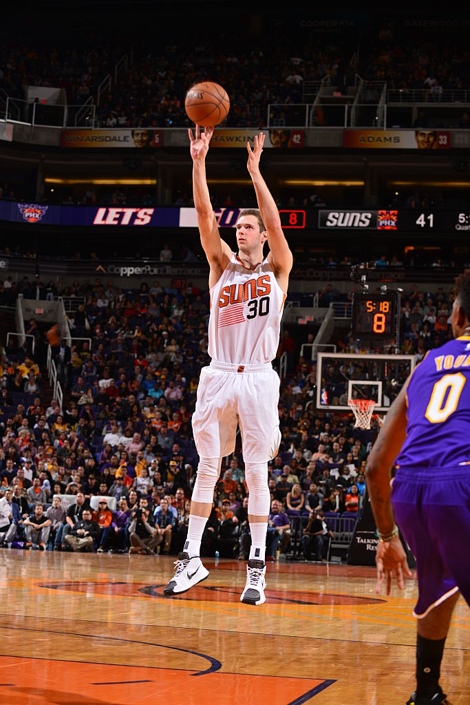PHOENIX, AZ - NOVEMBER 16:  Jon Leuer #30 of the Phoenix Suns shoots the ball against the Los Angeles Lakers on November 16, 2015 at Talking Stick Resort Arena in Phoenix, Arizona. (Photo by Barry Gossage/NBAE via Getty Images)