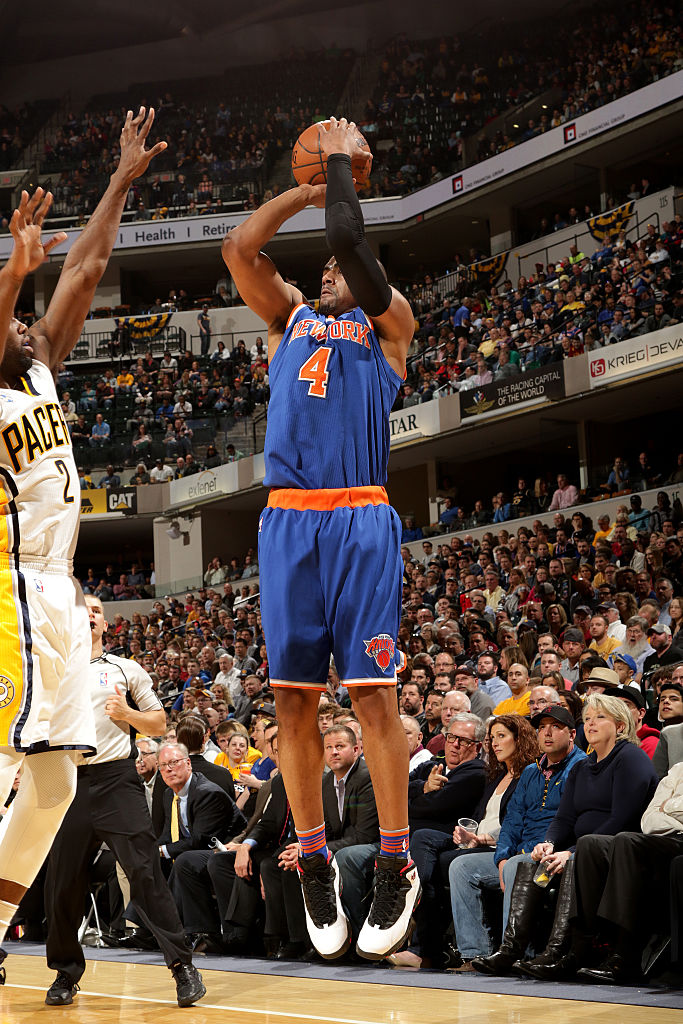 INDIANAPOLIS, IN - APRIL 12: Arron Afflalo #4 of the New York Knicks shoots the ball during the game against the Indiana Pacers on April 12, 2016 at Bankers Life Fieldhouse in Indianapolis, Indiana. (Photo by Ron Hoskins/NBAE via Getty Images)