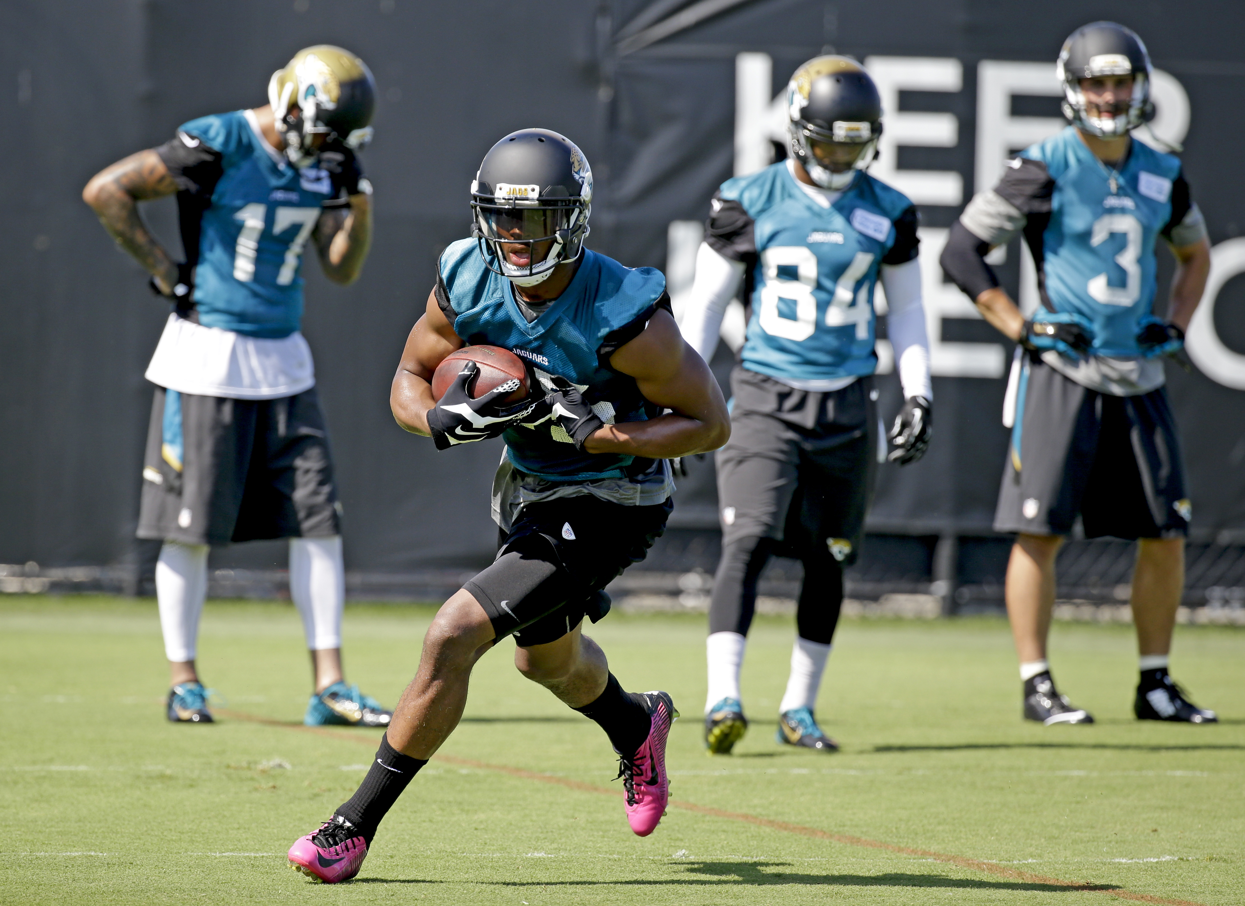 Jacksonville Jaguars wide receiver Allen Robinson, center, runs with the ball after a reception during NFL football minicamp, Wednesday, June 17, 2015, in Jacksonville, Fla. (AP Photo/John Raoux)