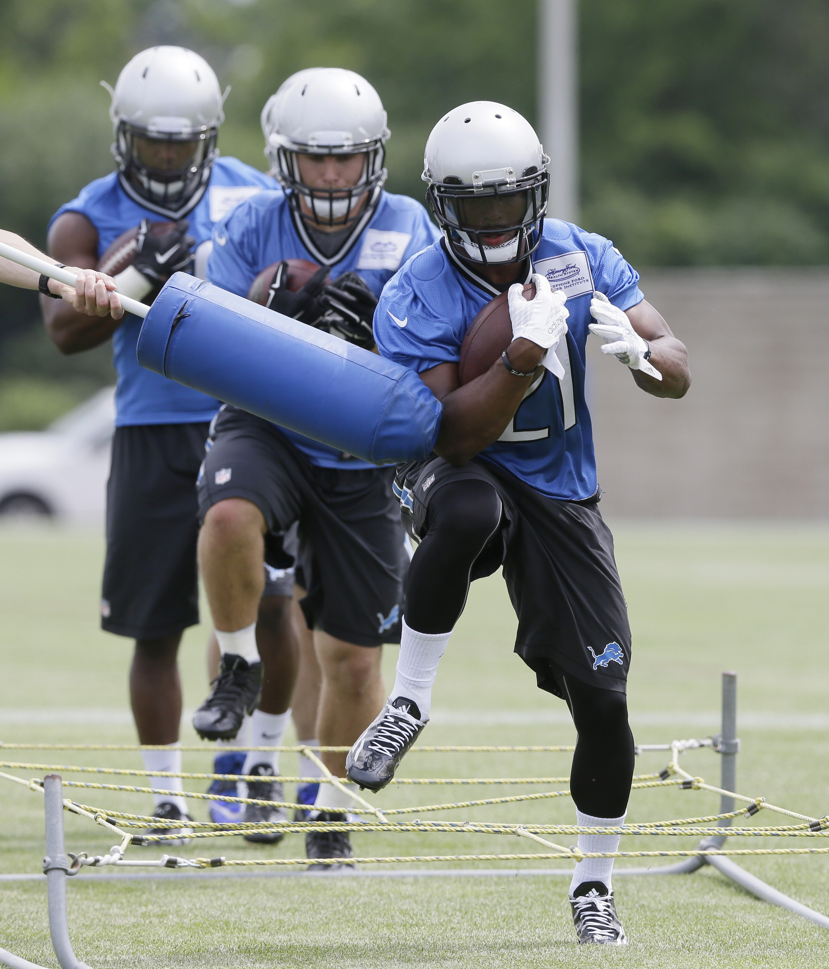 Detroit Lions running back Ameer Abdullah runs through a drill during NFL football minicamp, Wednesday, June 17, 2015, in Allen Park, Mich. (AP Photo/Carlos Osorio)