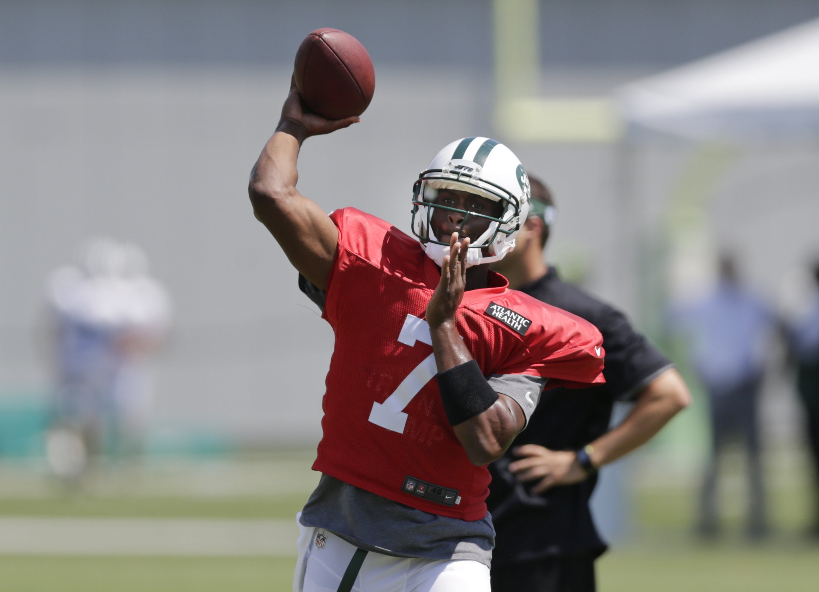 New York Jets quarterback Geno Smith (7) throws a pass during practice at NFL football  training camp, Wednesday, Aug. 5, 2015, in Florham Park, N.J. (AP Photo/Frank Franklin II)