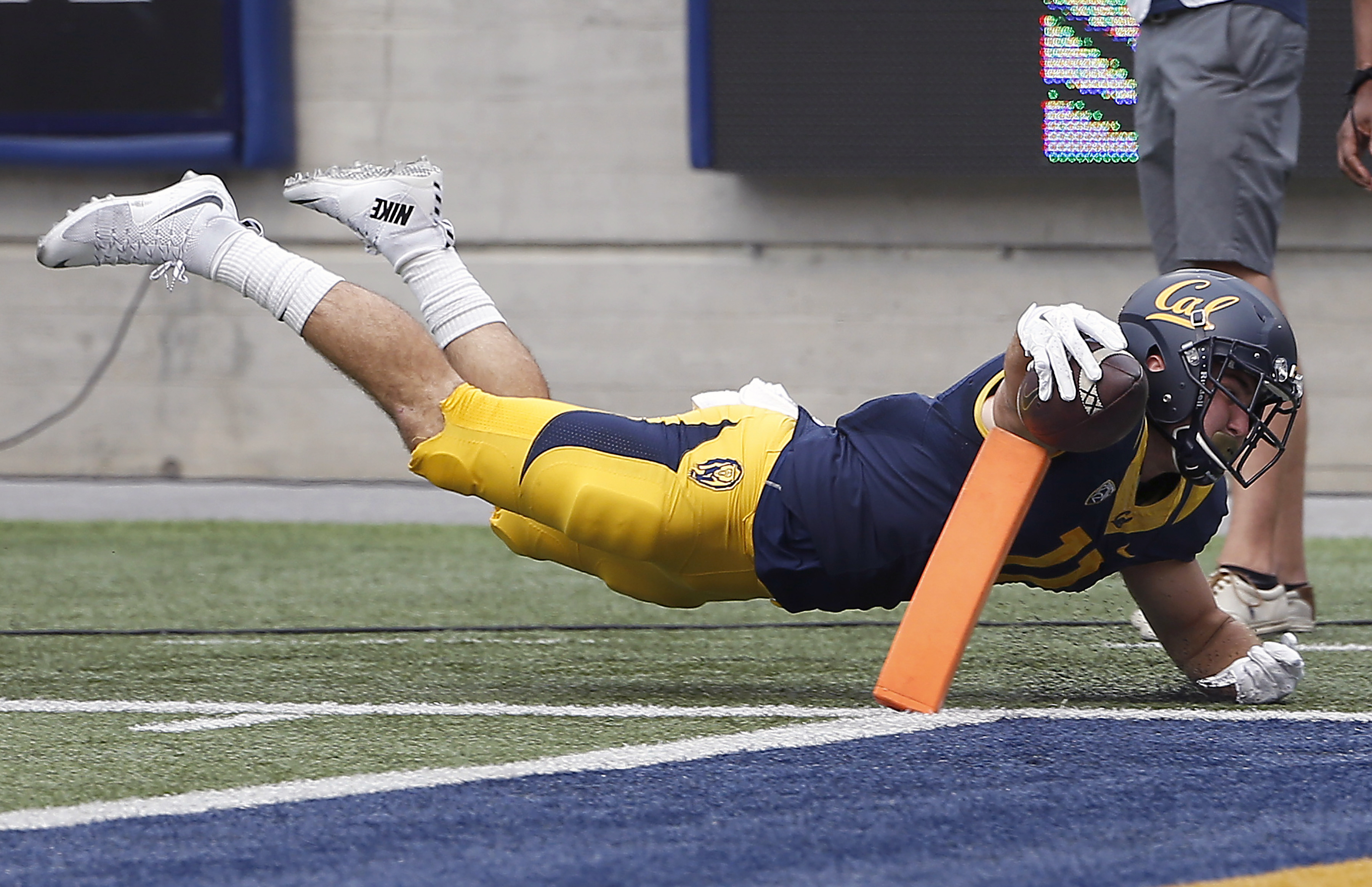 California tight end Raymond Hudson (11) dives short of the end zone against San Diego State during the first half of an NCAA college football game Saturday, Sept. 12, 2015, in Berkeley, Calif. (AP Photo/Tony Avelar)