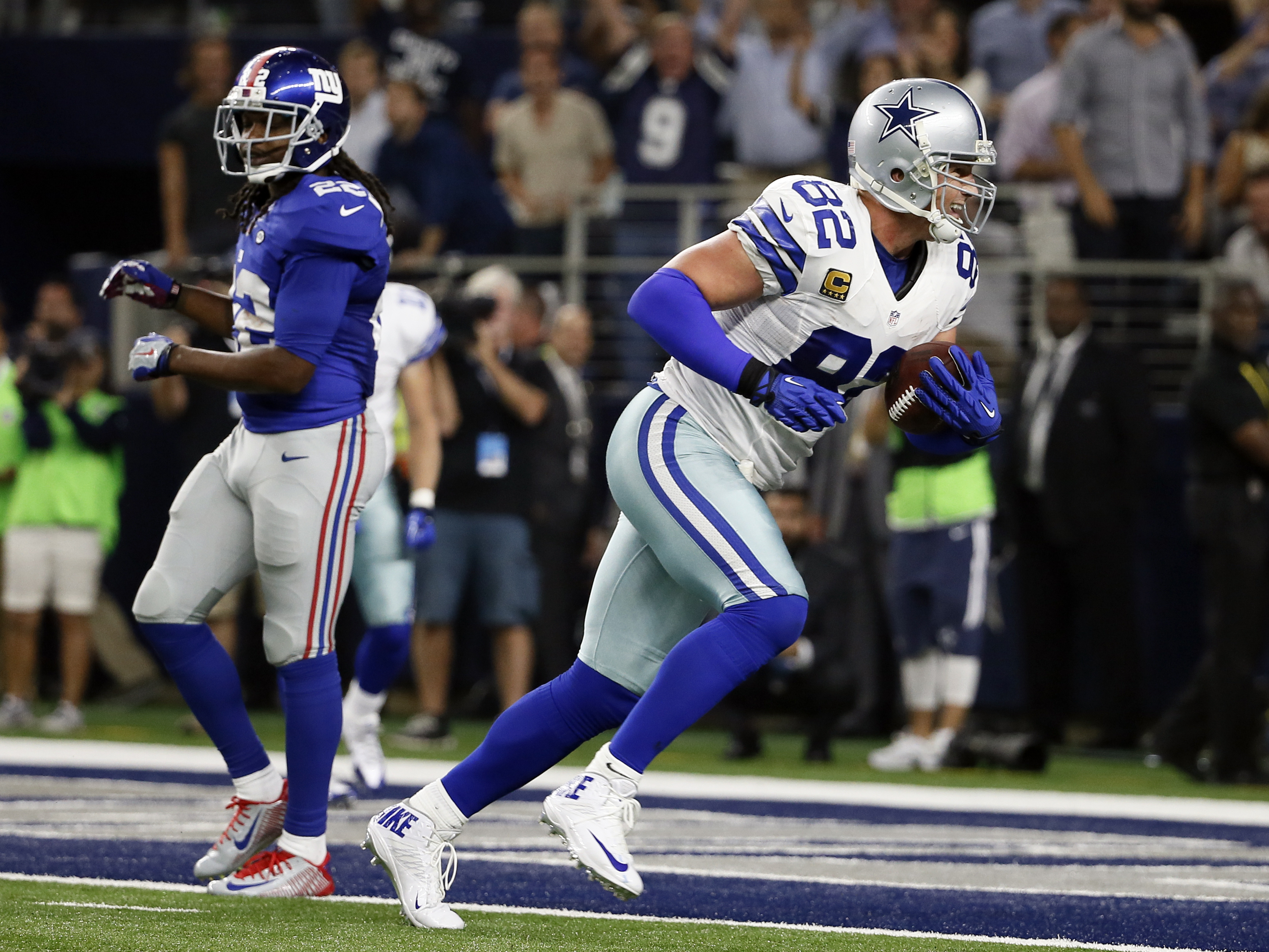 Dallas Cowboys tight end Jason Witten (82) gets past New York Giants safety Brandon Meriweather for a touchdown (22)during the second half of an NFL football game Sunday, Sept. 13, 2015, in Arlington, Texas. (AP Photo/Tony Gutierrez)