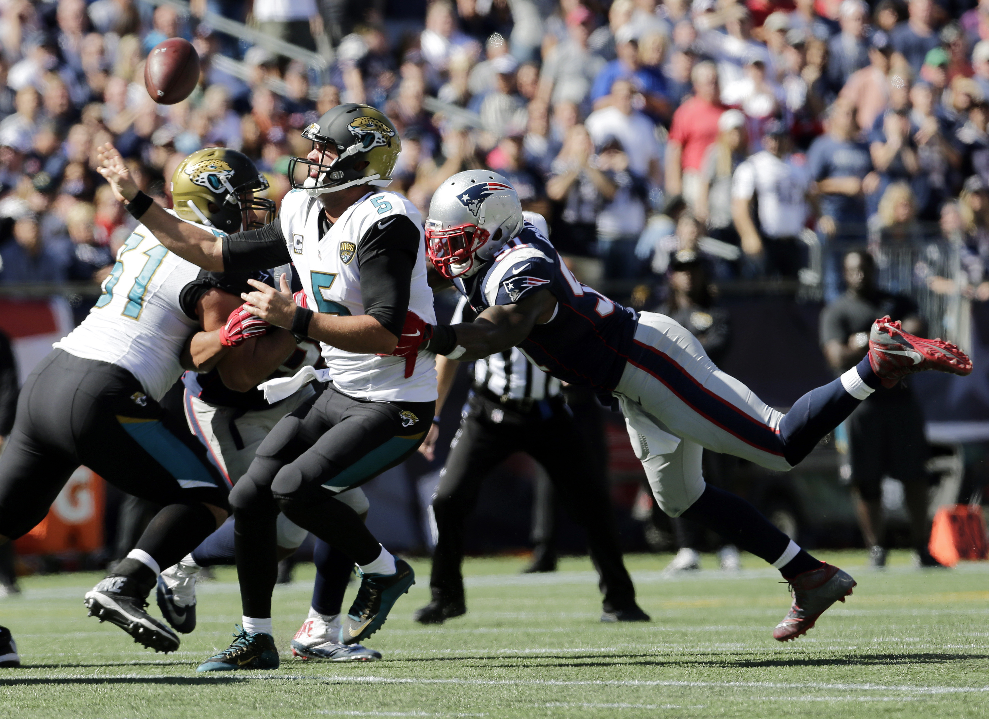 Jacksonville Jaguars quarterback Blake Bortles tries to pass while under pressure from New England Patriots linebacker Jamie Collins (91) in the first half of an NFL football game, Sunday, Sept. 27, 2015, in Foxborough, Mass. (AP Photo/Charles Krupa)