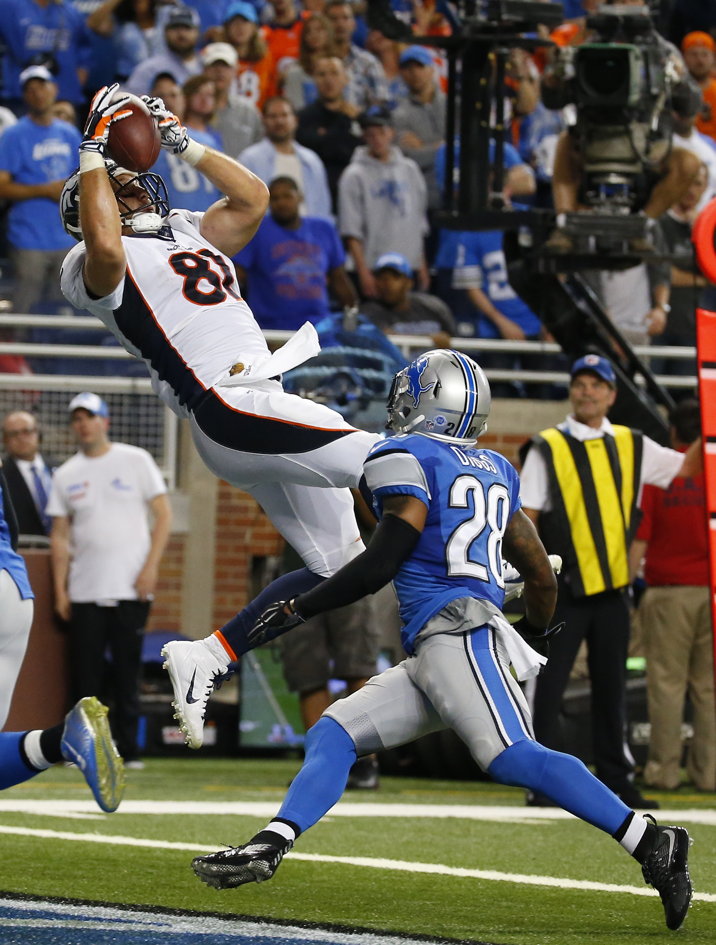 Denver Broncos tight end Owen Daniels (81), defended by Detroit Lions cornerback Quandre Diggs (28), catches a pass fora touchdown during the second half of an NFL football game, Sunday, Sept. 27, 2015, in Detroit. (AP Photo/Paul Sancya)