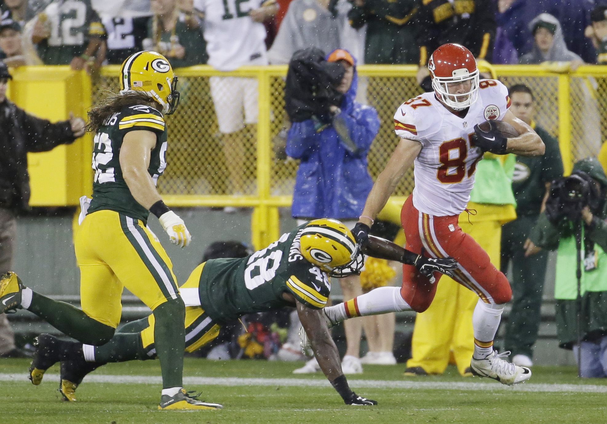 Kansas City Chiefs' Travis Kelce catches a pass and runs past Green Bay Packers' Joe Thomas during the second half of an NFL football game Monday, Sept. 28, 2015, in Green Bay, Wis. (AP Photo/Morry Gash)