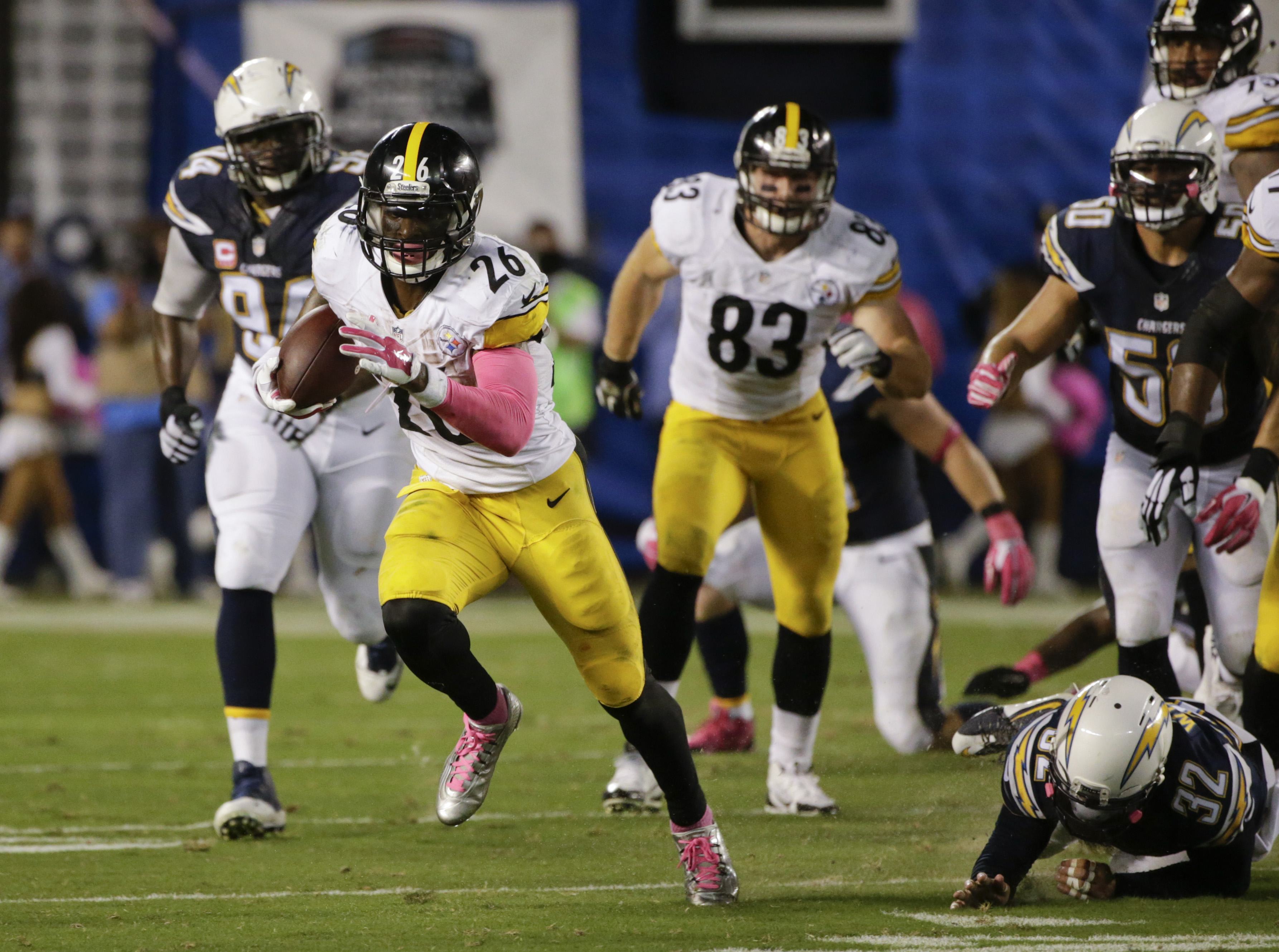 Pittsburgh Steelers running back Le'Veon Bell moves upfield against the San Diego Chargers during the first half of an NFL football game Monday, Oct. 12, 2015, in San Diego. (AP Photo/Lenny Ignelzi)