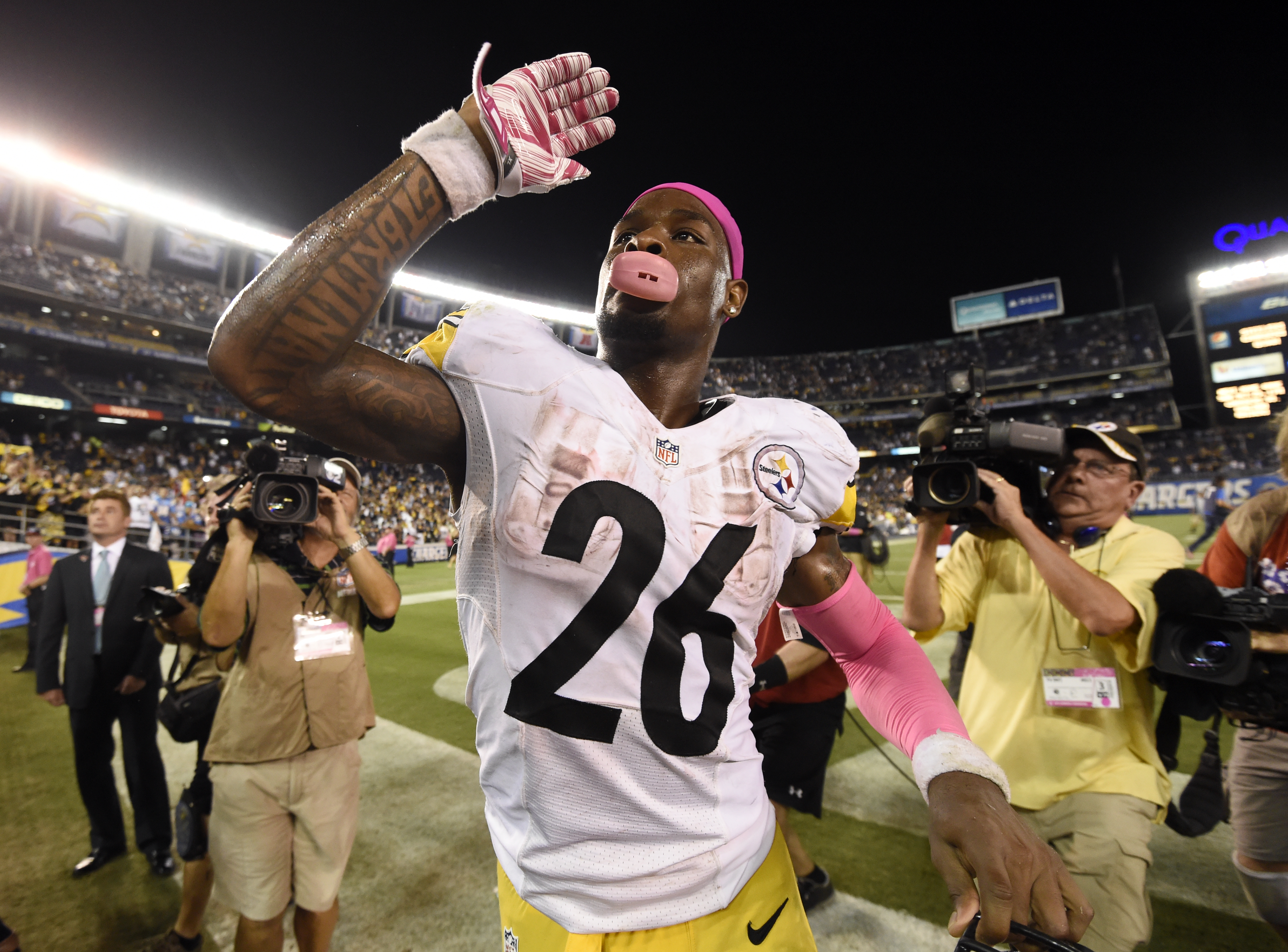 Pittsburgh Steelers running back Le'Veon Bell reacts to fans as he celebrates defeating the San Diego Chargers in an NFL football game Monday, Oct. 12, 2015, in San Diego. The Steelers won, 24-20. (AP Photo/Denis Poroy)