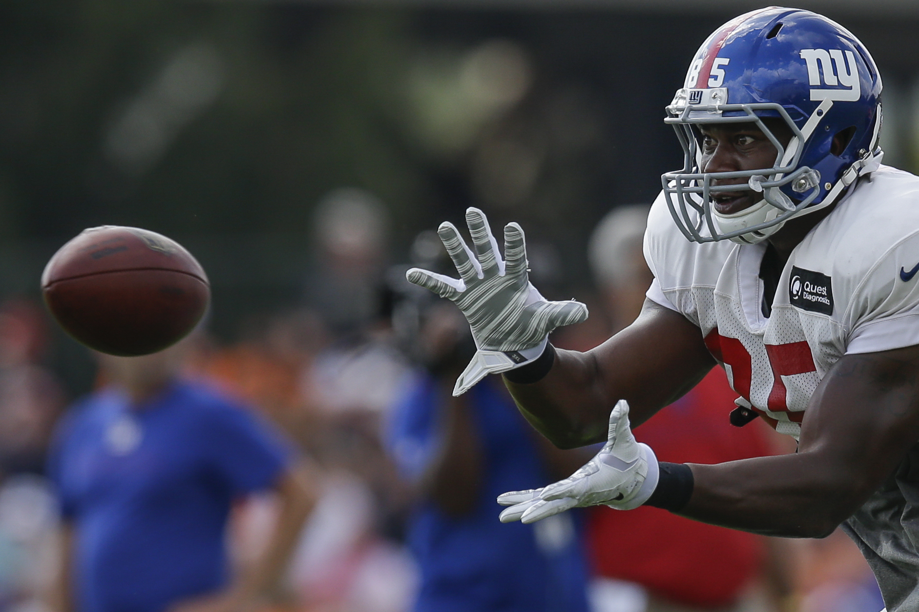 New York Giants tight end Daniel Fells catches a pass during a joint NFL football training camp with the Cincinnati Bengals, Tuesday, Aug. 11, 2015, in Cincinnati. (AP Photo/John Minchillo)