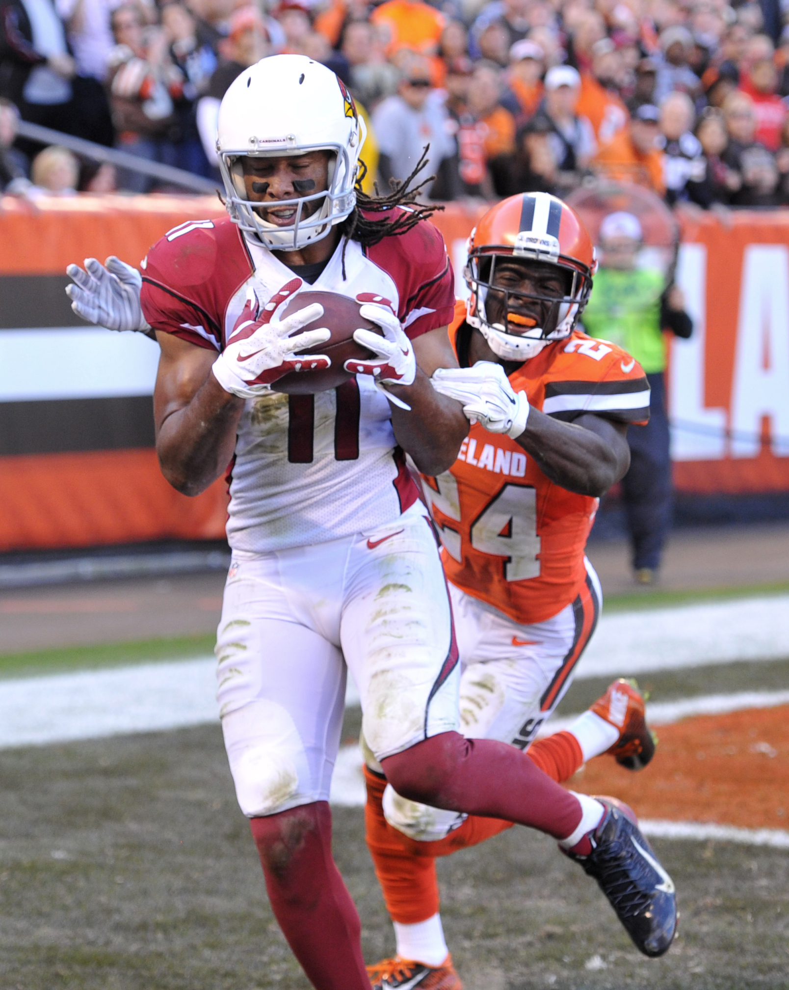 Arizona Cardinals wide receiver Larry Fitzgerald catches a a six-yard touchdown pass in the second half of an NFL football game against Cleveland Browns' Johnson Bademosi, Sunday, Nov. 1, 2015, in Cleveland. (AP Photo/David Richard)