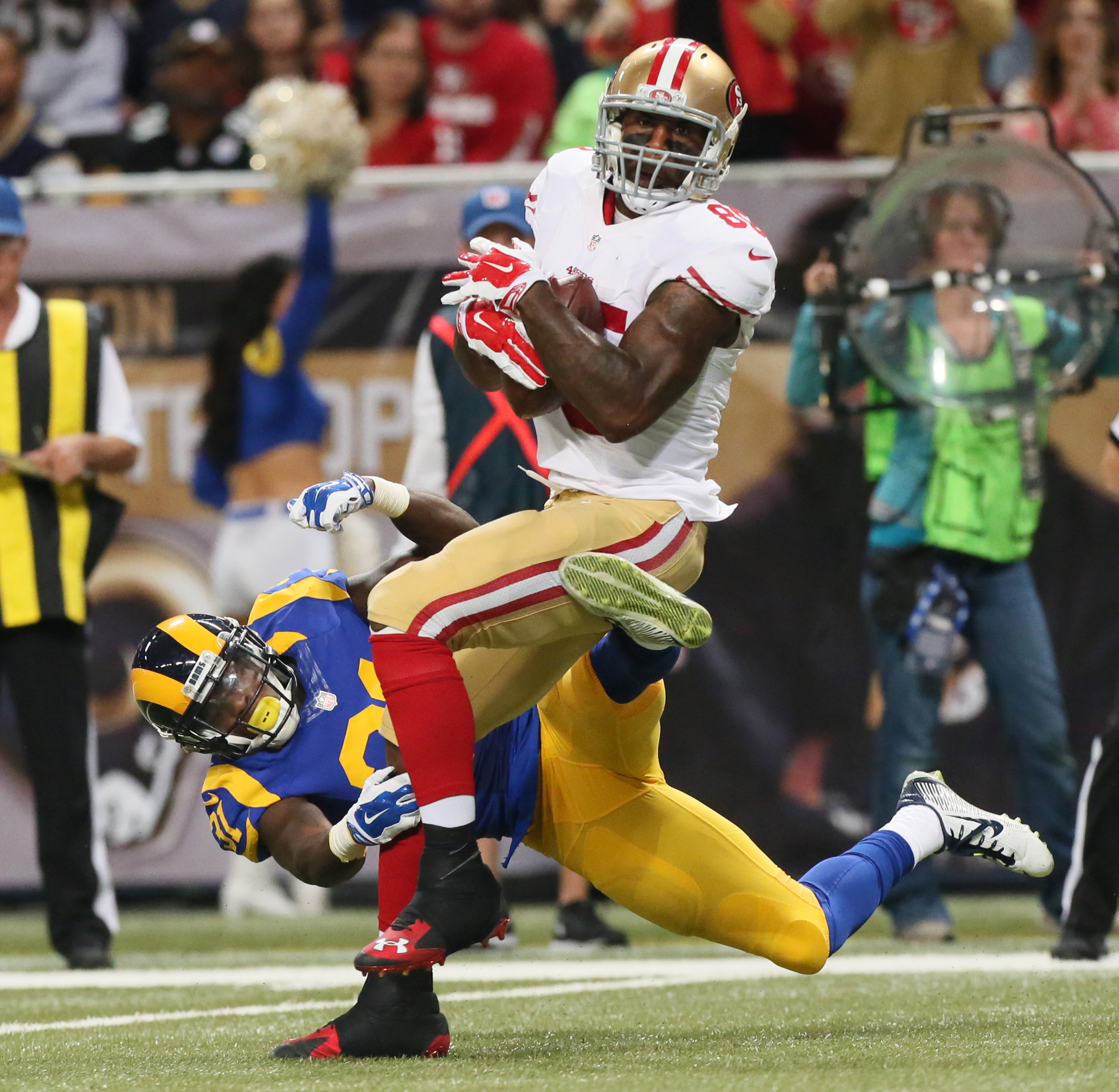 San Francisco 49ers tight end Vernon Davis tries to break free of a tackle by St. Louis Rams safety Maurice Alexander on a reception during an NFL football game Sunday, Nov. 1, 2015, in St. Louis. (Chris Lee/St. Louis Post-Dispatch via AP)  EDWARDSVILLE I