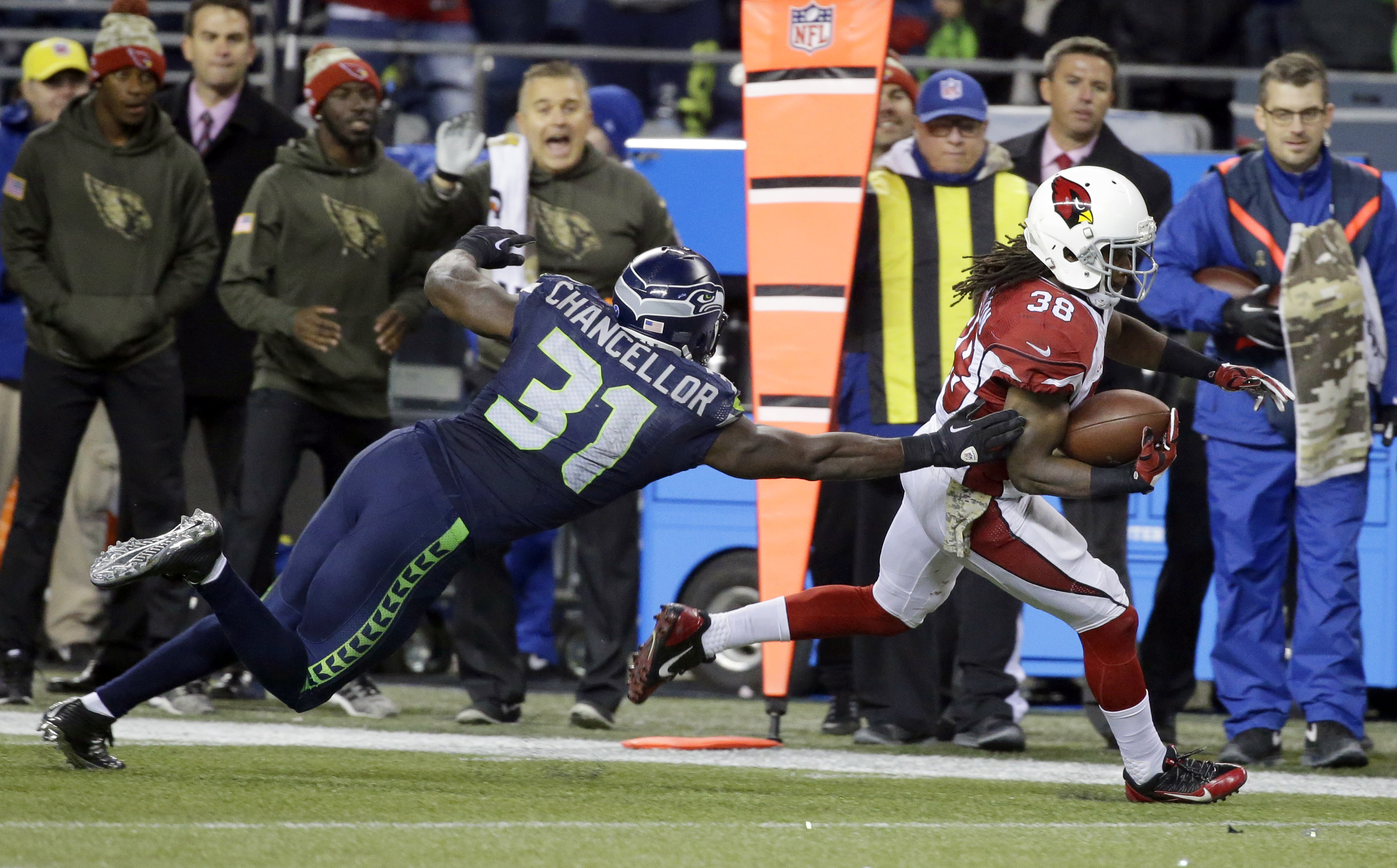 Arizona Cardinals unning back Andre Ellington, right, gets away from Seattle Seahawks strong safety Kam Chancellor (31) as he runs for a touchdown during the second half of an NFL football game, Sunday, Nov. 15, 2015, in Seattle. (AP Photo/Elaine Thompson