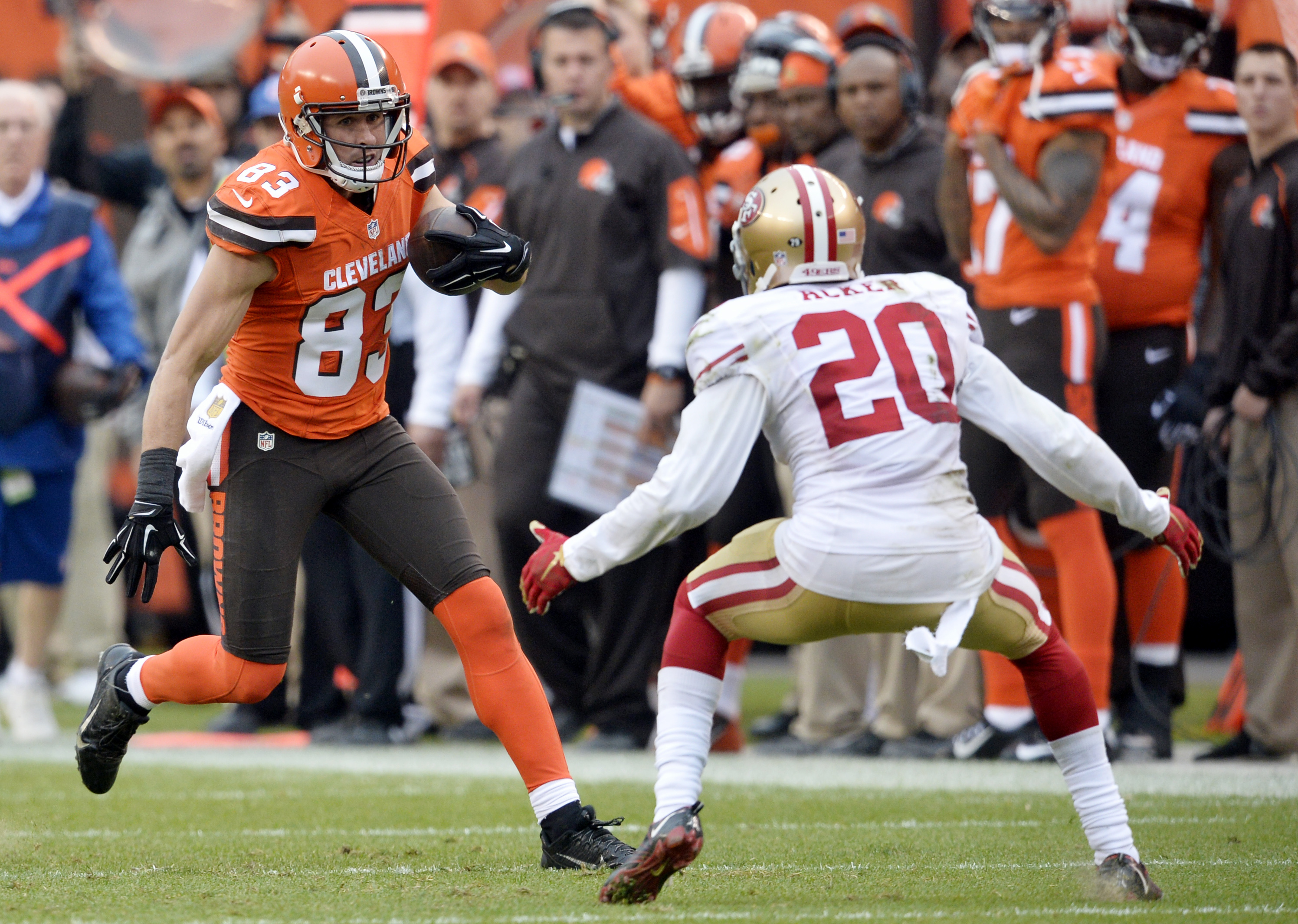 Cleveland Browns wide receiver Brian Hartline (83) runs after a 49-yard pass as San Francisco 49ers cornerback Kenneth Acker (20) looks to tackle him during the second half of an NFL football game, Sunday, Dec. 13, 2015, in Cleveland. (AP Photo/David Rich