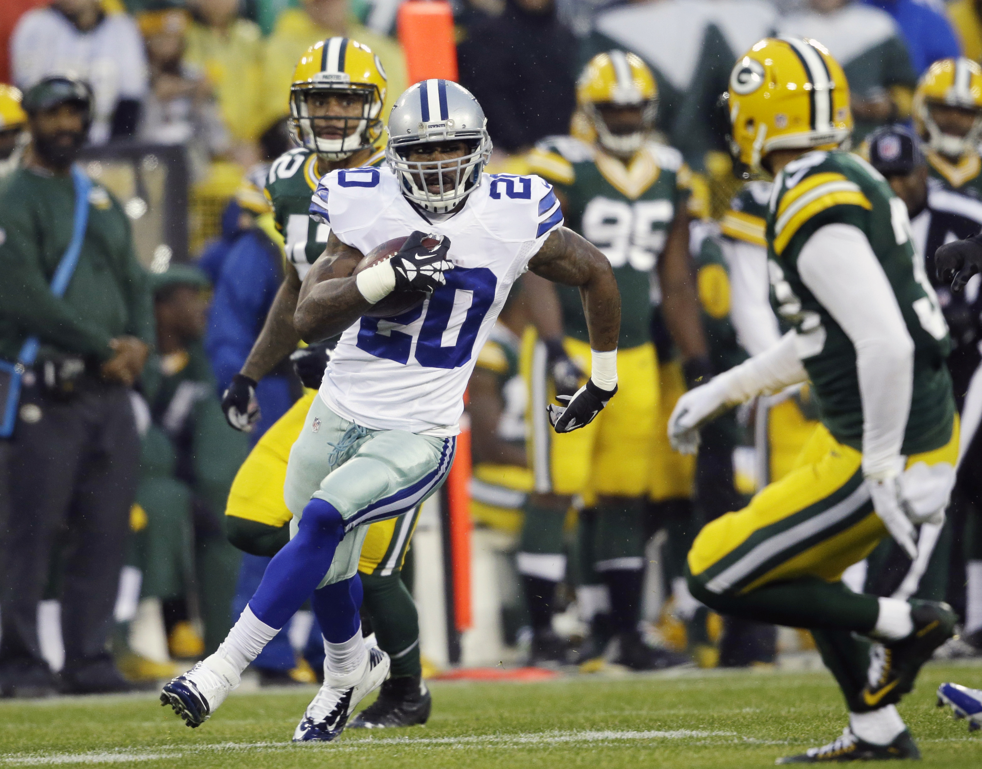 Dallas Cowboys' Darren McFadden (20) runs during the first half of an NFL football game against the Green Bay Packers, Sunday, Dec. 13, 2015, in Green Bay, Wis. (AP Photo/Jeffrey Phelps)