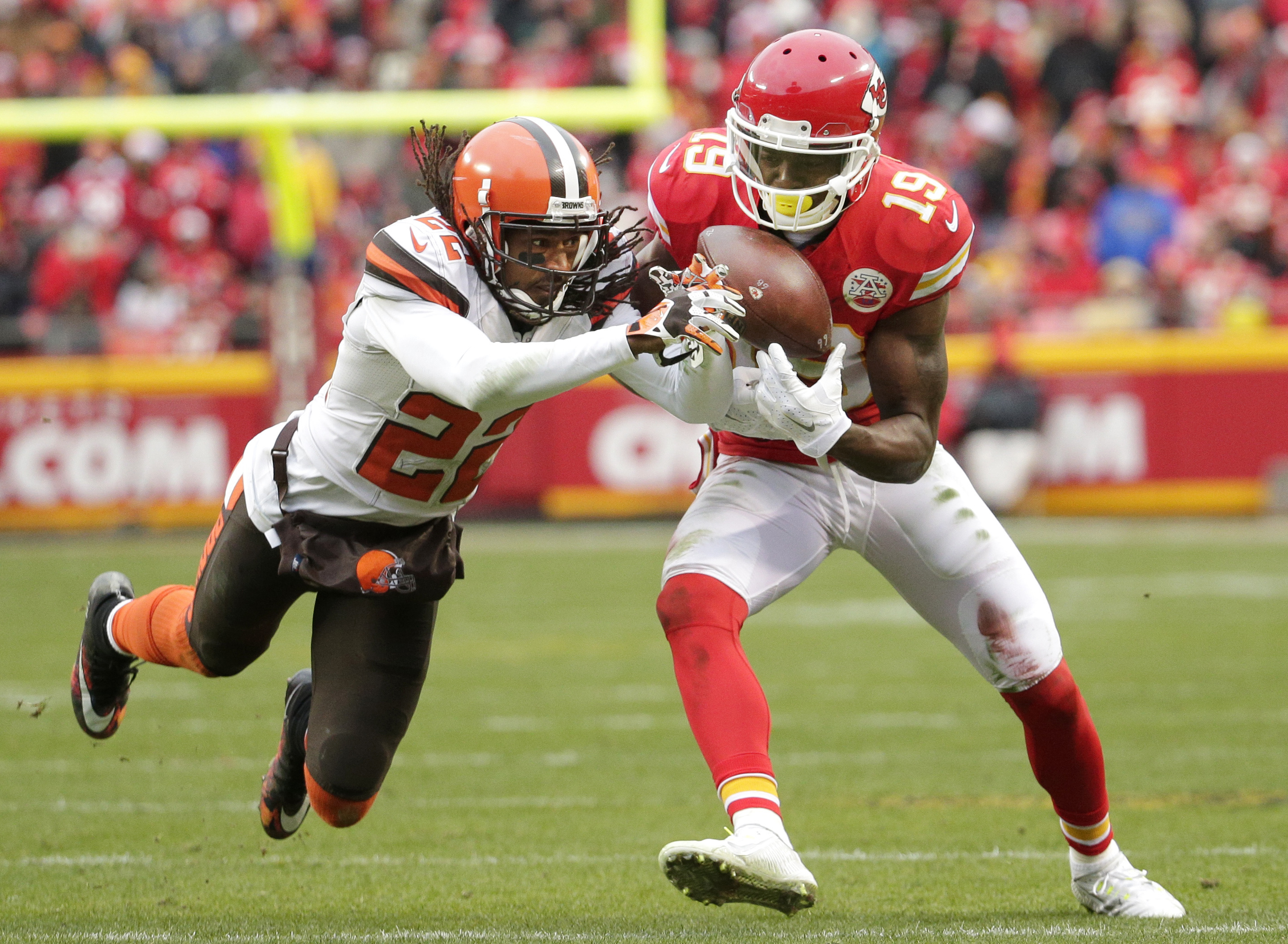 Kansas City Chiefs wide receiver Jeremy Maclin (19) makes a catch against Cleveland Browns cornerback Tramon Williams (22) during the second half of an NFL football game in Kansas City, Mo., Sunday, Dec. 27, 2015. (AP Photo/Charlie Riedel)