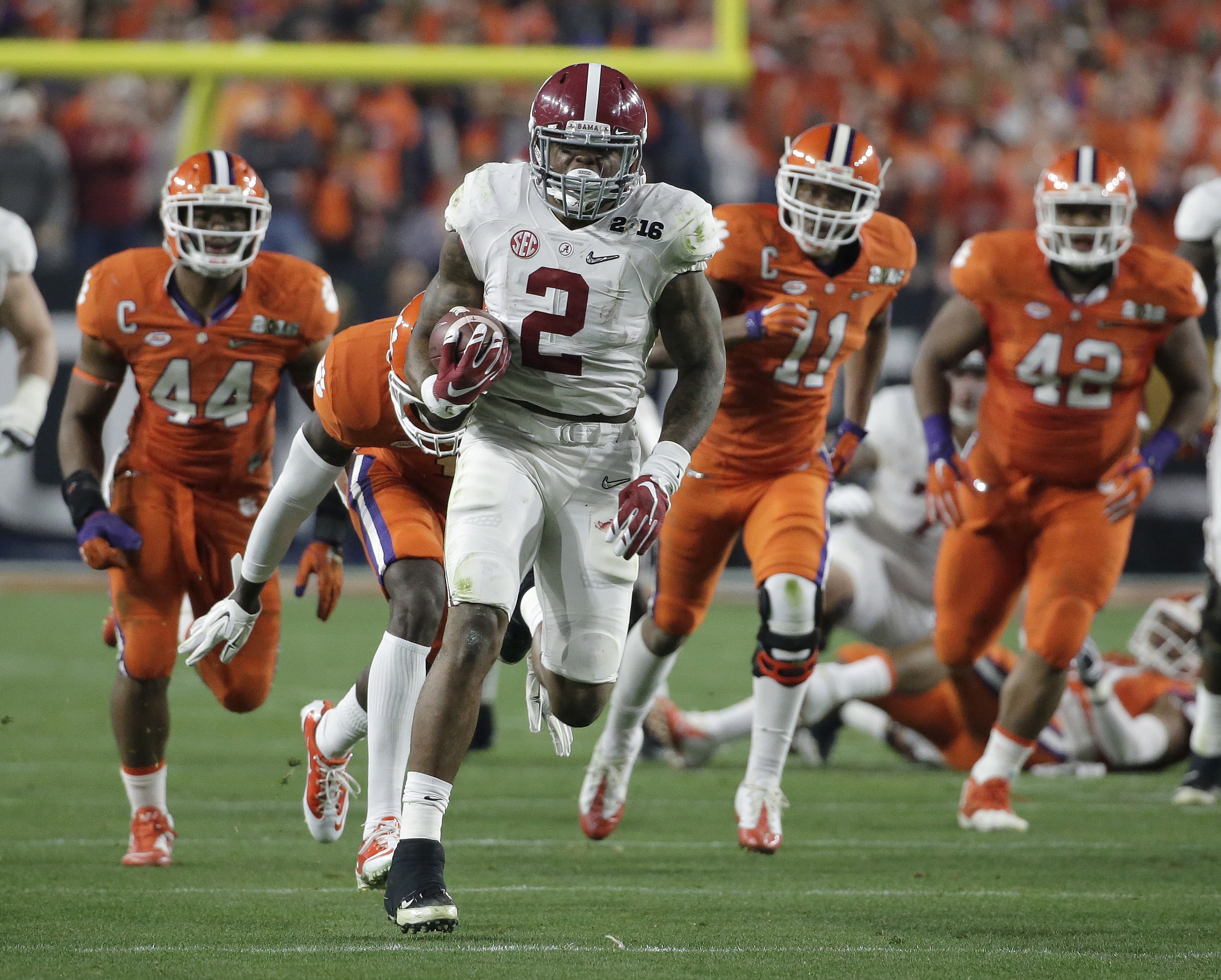 Alabama's Derrick Henry runs for a touchdown during the first half of the NCAA college football playoff championship game Monday, Jan. 11, 2016, in Glendale, Ariz. (AP Photo/Chris Carlson)