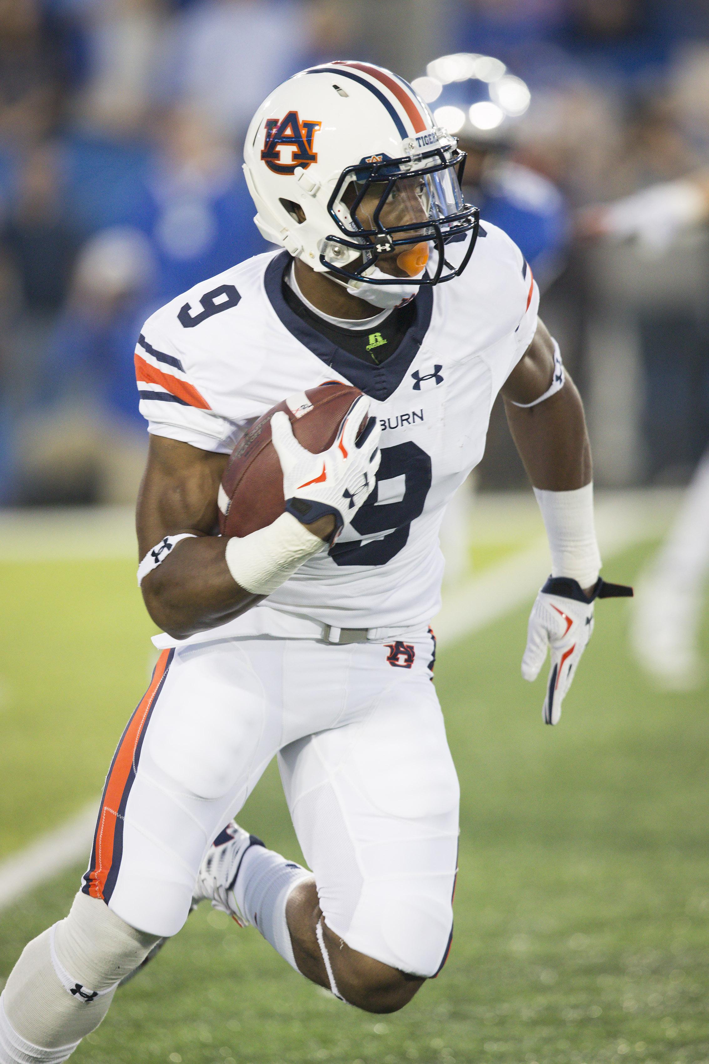 Auburn running back Roc Thomas runs the ball during the first half of an NCAA college football game against Kentucky, Thursday, Oct. 15, 2015, in Lexington, Ky. Auburn won 30-27. (AP Photo/David Stephenson)