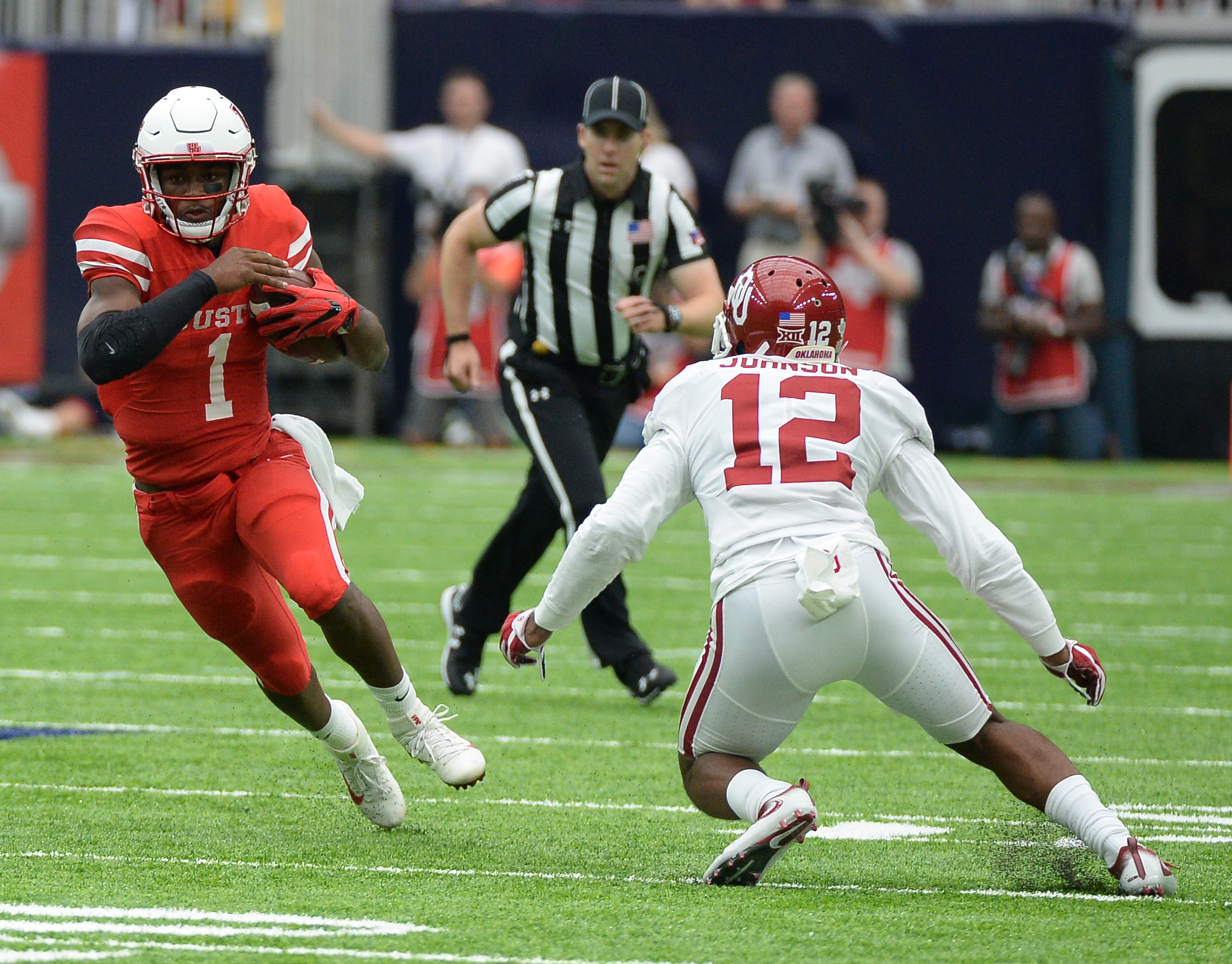 Houston quarterback Greg Ward Jr. (1) runs against Oklahoma defensive back Will Johnson (12) in the first half of an NCAA college football game Saturday, Sept. 3, 2016, in Houston. (AP Photo/George Bridges)