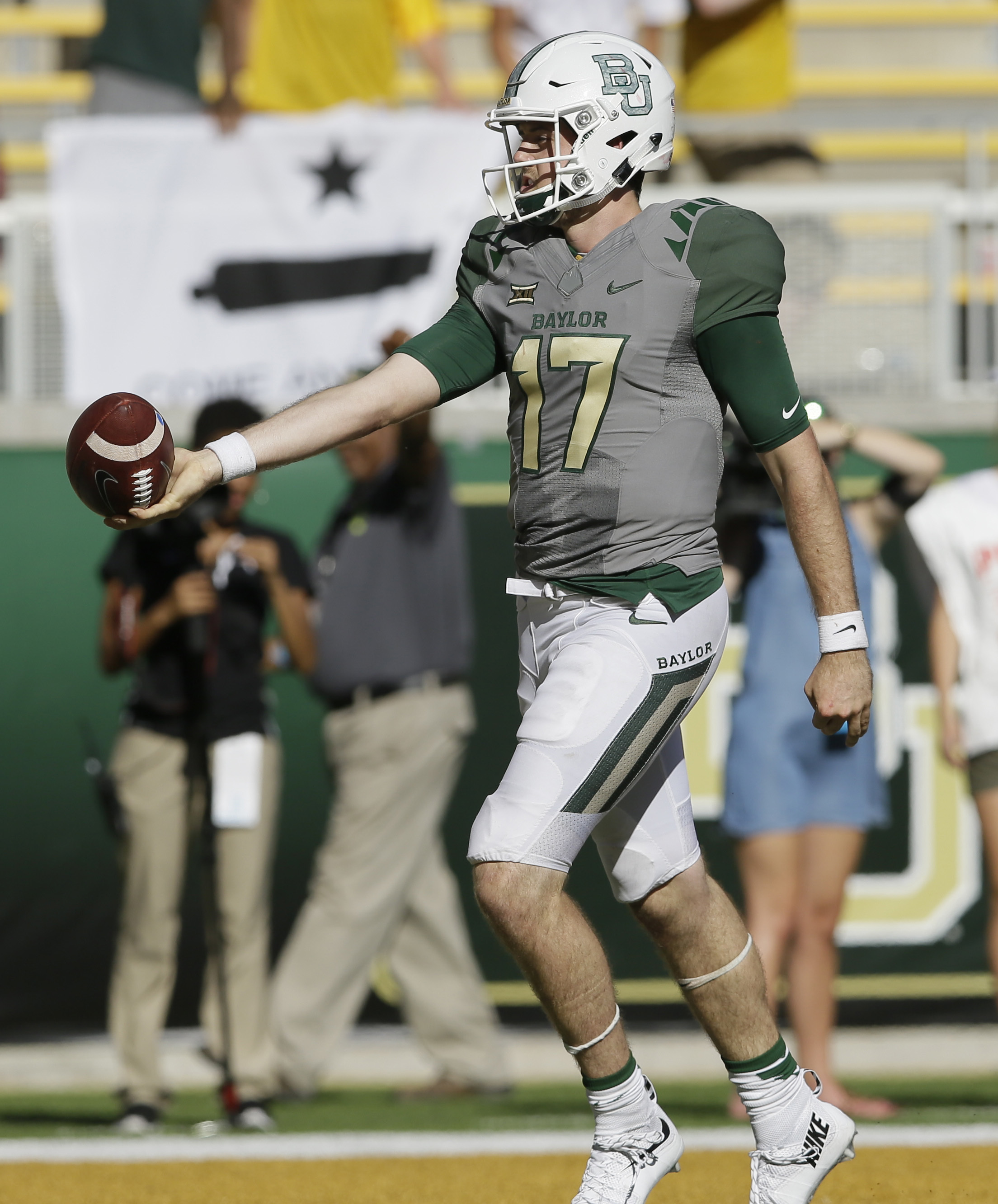 Baylor quarterback Seth Russell (17) scores a touchdown during the second half of an NCAA college football game against SMU, Saturday, Sept. 10, 2016, in Waco, Texas. (AP Photo/LM Otero)