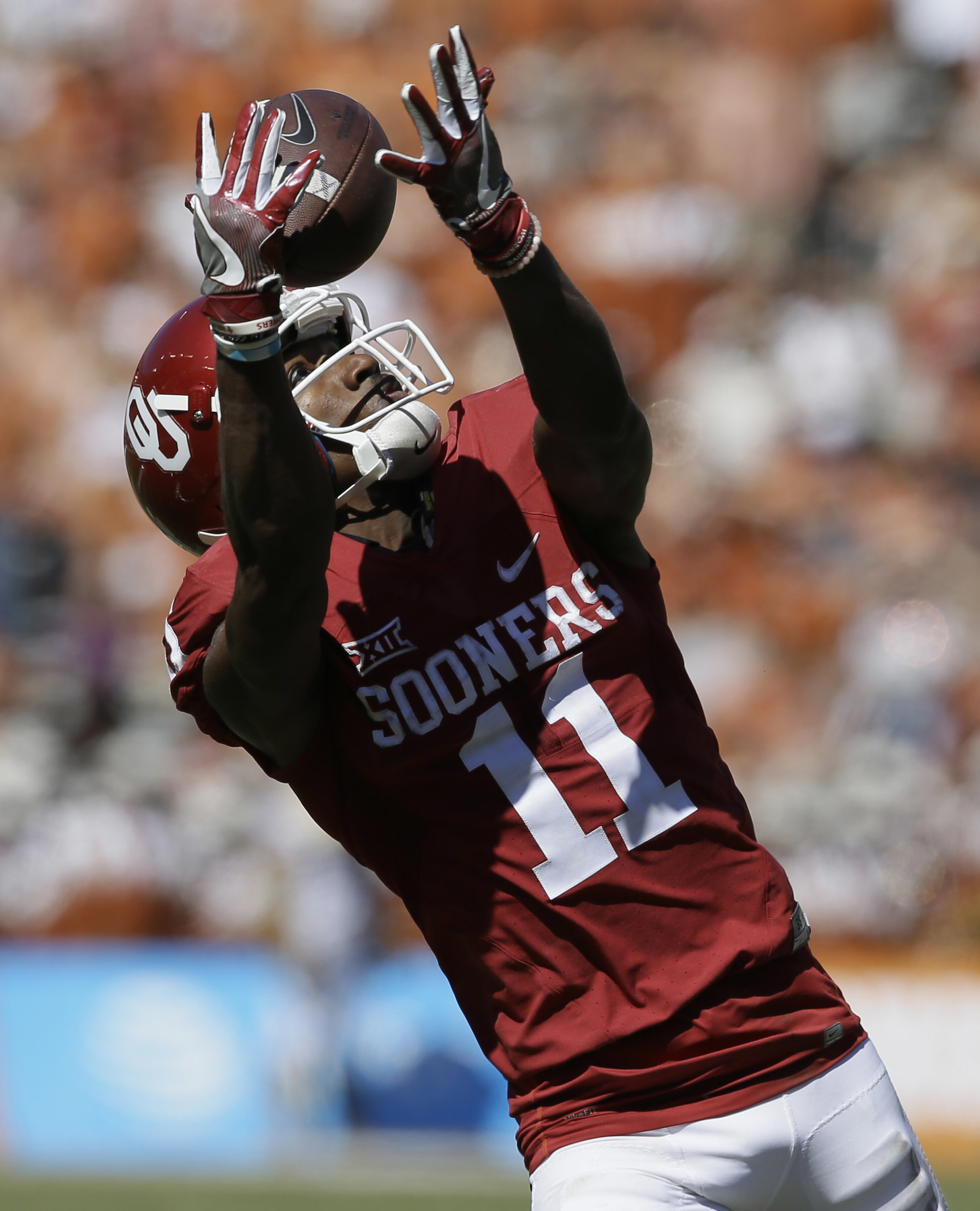 Oklahoma wide receiver Dede Westbrook (11) catches a touchdown pass during the second half of an NCAA college football game against Texas in Dallas Saturday, Oct. 8, 2016. Oklahoma won 45-40. (AP Photo/LM Otero)