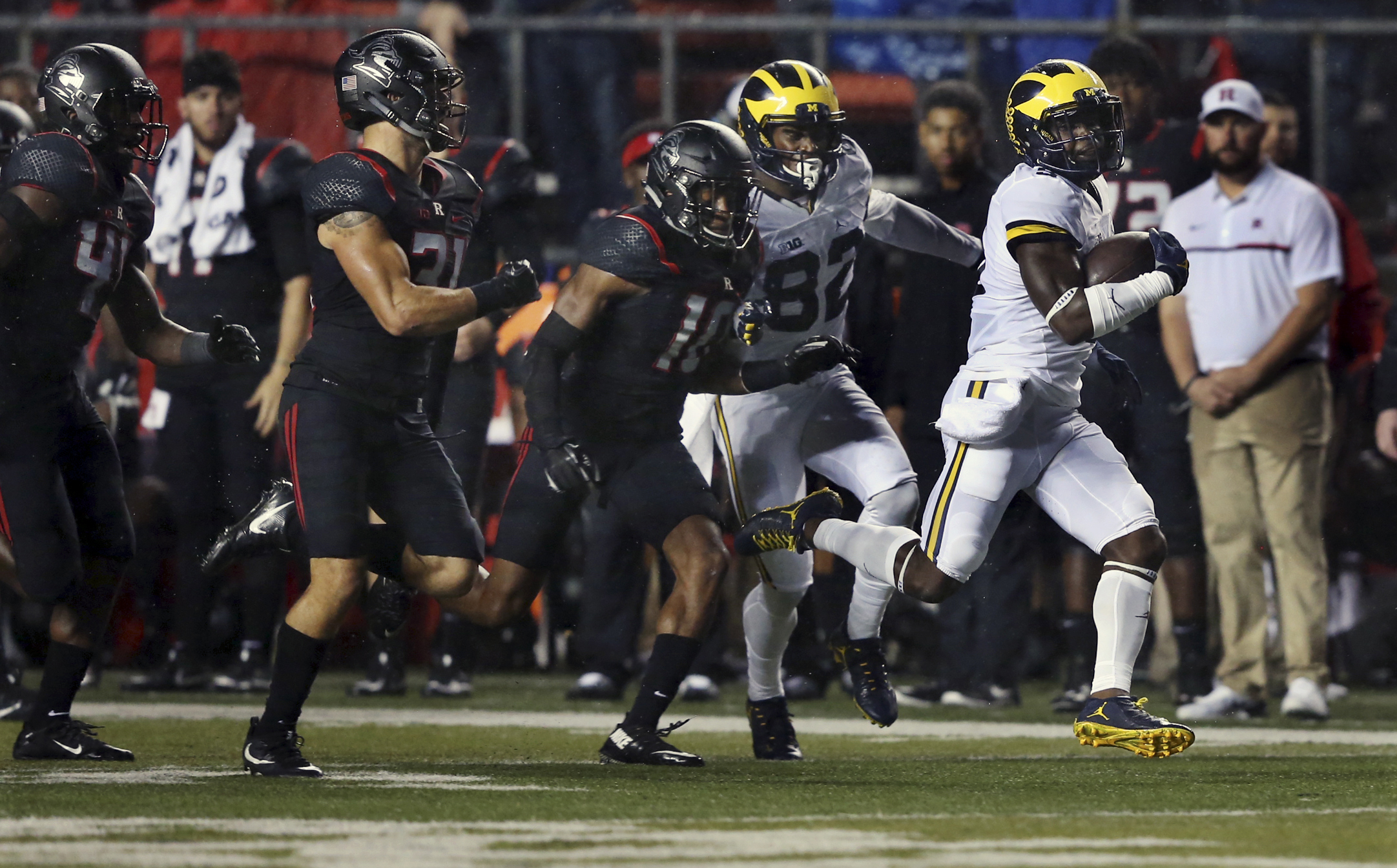 Michigan running back Jabrill Peppers (5) runs away from Rutgers defenders during the first half of an NCAA college football game Saturday, Oct. 8, 2016, in Piscataway, N.J. (AP Photo/Mel Evans)