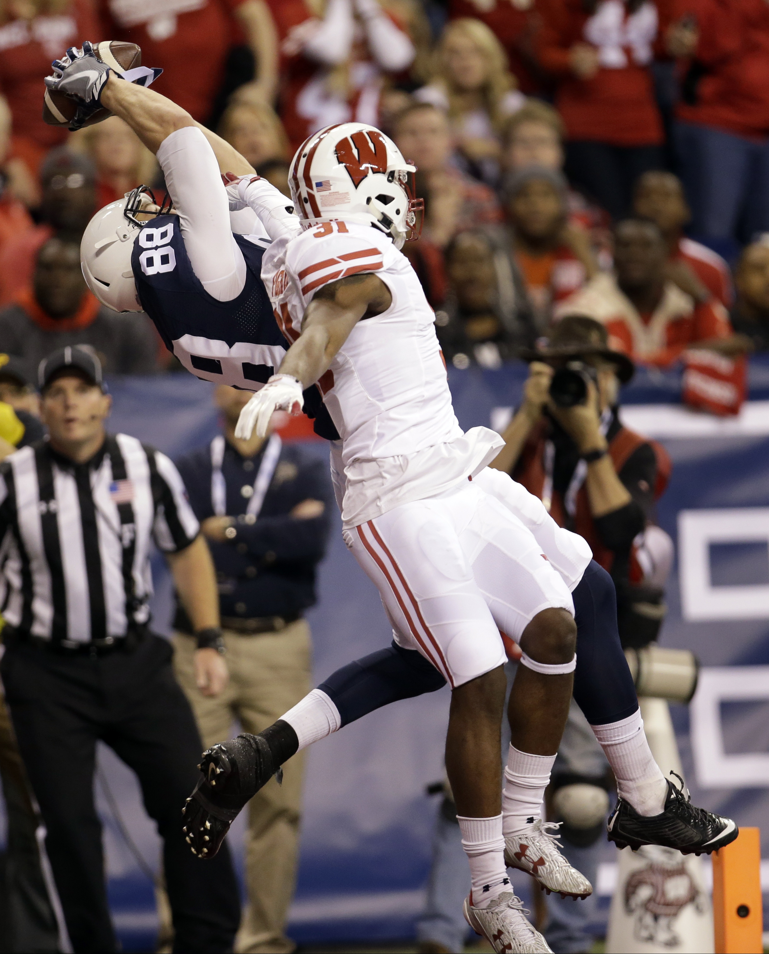 Penn State's Mike Gesicki (88) makes a 33-yard touchdown reception against Wisconsin's Lubern Figaro (31) during the first half of the Big Ten championship NCAA college football game Saturday, Dec. 3, 2016, in Indianapolis. (AP Photo/AJ Mast)