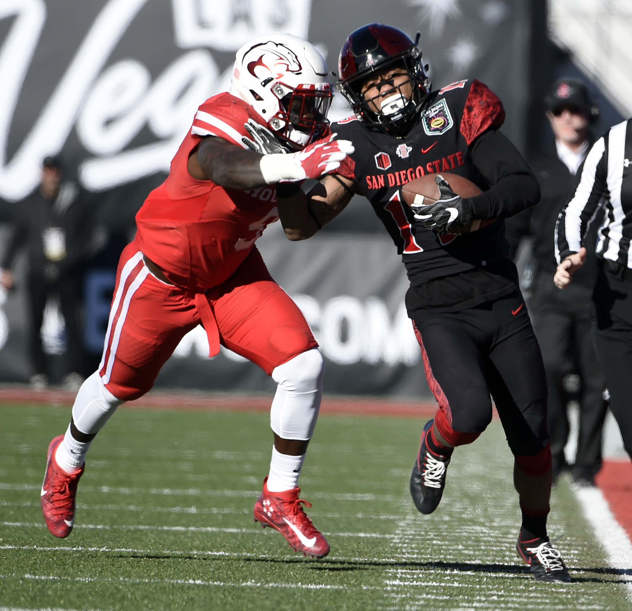 San Diego State running back Donnel Pumphrey (19) rushes against Houston linebacker Matthew Adams during the first half of the Las Vegas Bowl NCAA college football game on Saturday, Dec. 17, 2016, in Las Vegas. (AP Photo/David Becker)