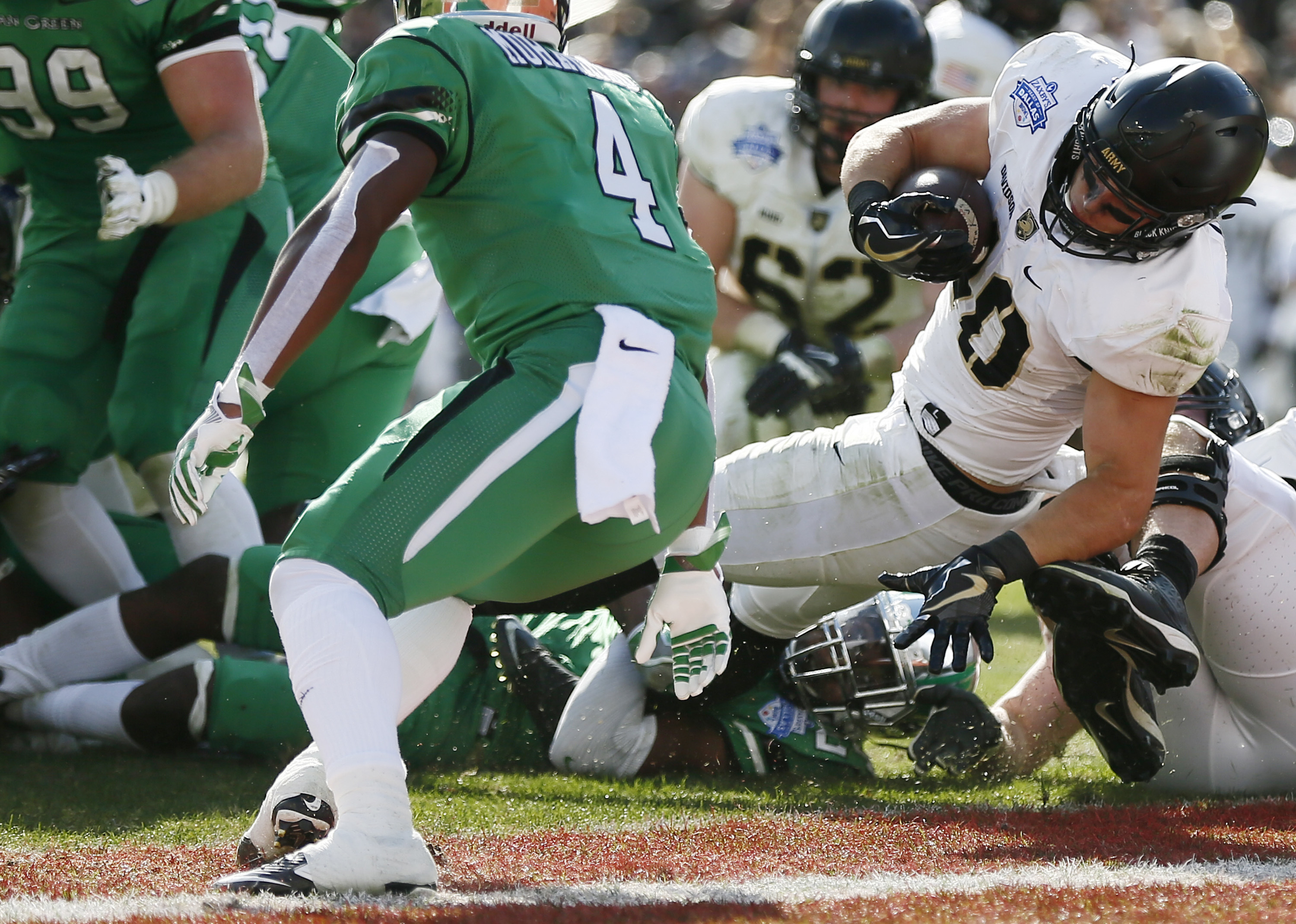 Army running back Andy Davidson (40) battles past the North Texas defense to score a touchdown during the first half of the Heart of Dallas Bowl NCAA college football game Tuesday, Dec. 27, 2016 in Dallas. (AP Photo/Brandon Wade)
