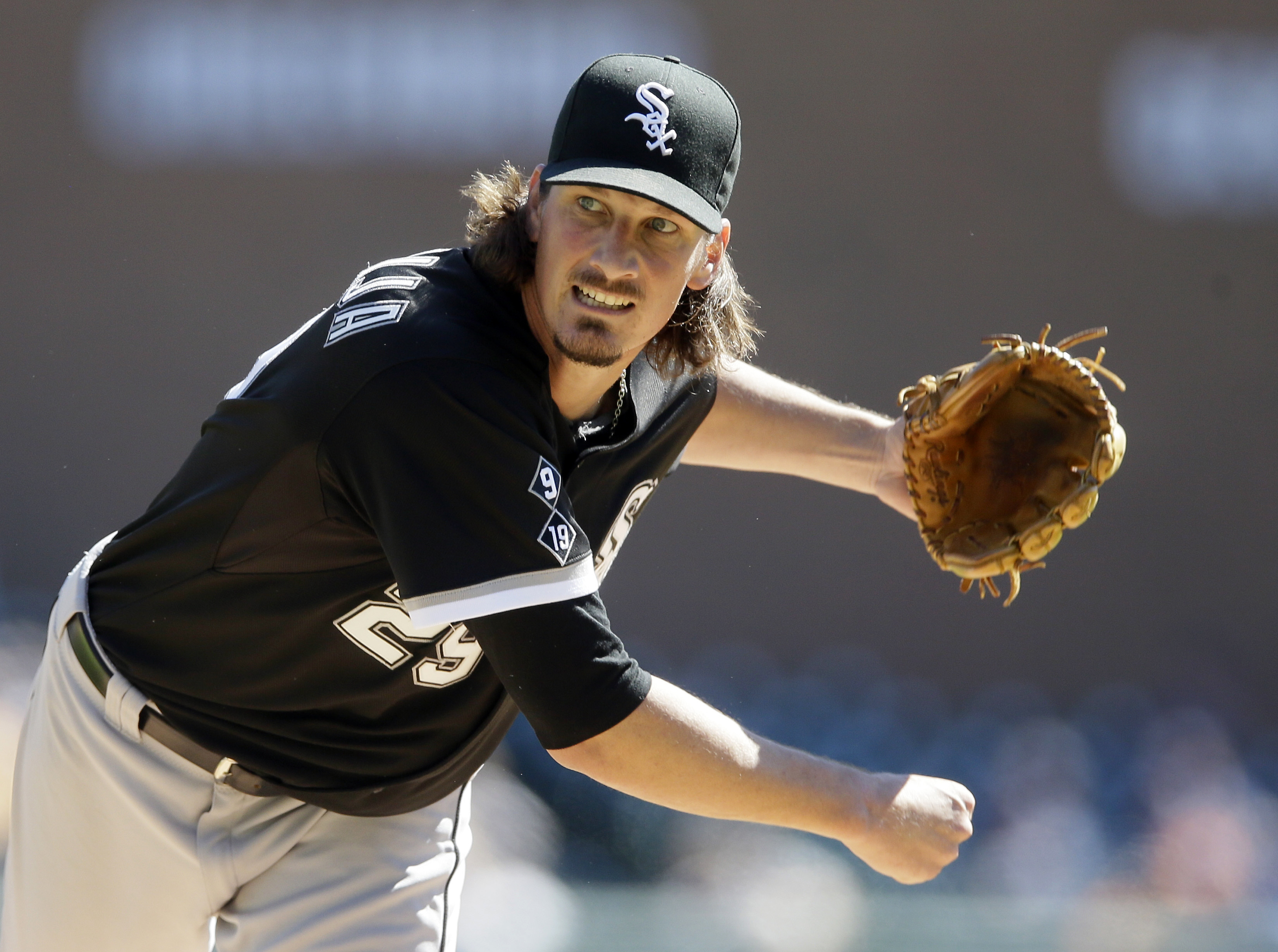 Chicago White Sox starting pitcher Jeff Samardzija throws during the first inning in Game 1 of a doubleheader baseball game against the Detroit Tigers, Monday, Sept. 21, 2015, in Detroit. (AP Photo/Carlos Osorio)
