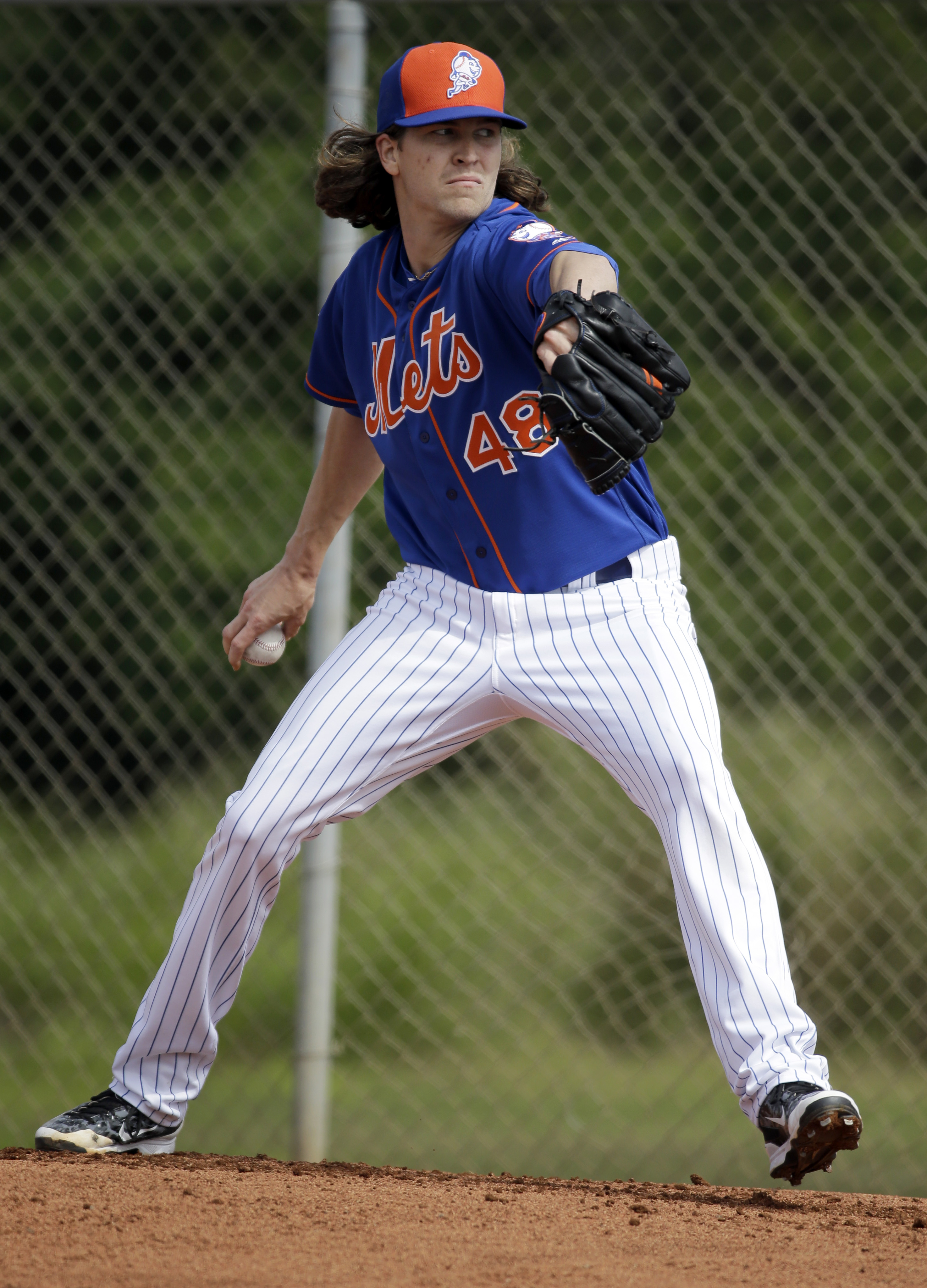 New York Mets pitcher Jacob deGrom throws a bullpen session during spring training baseball practice Saturday, Feb. 20, 2016, in Port St. Lucie, Fla. (AP Photo/Jeff Roberson)