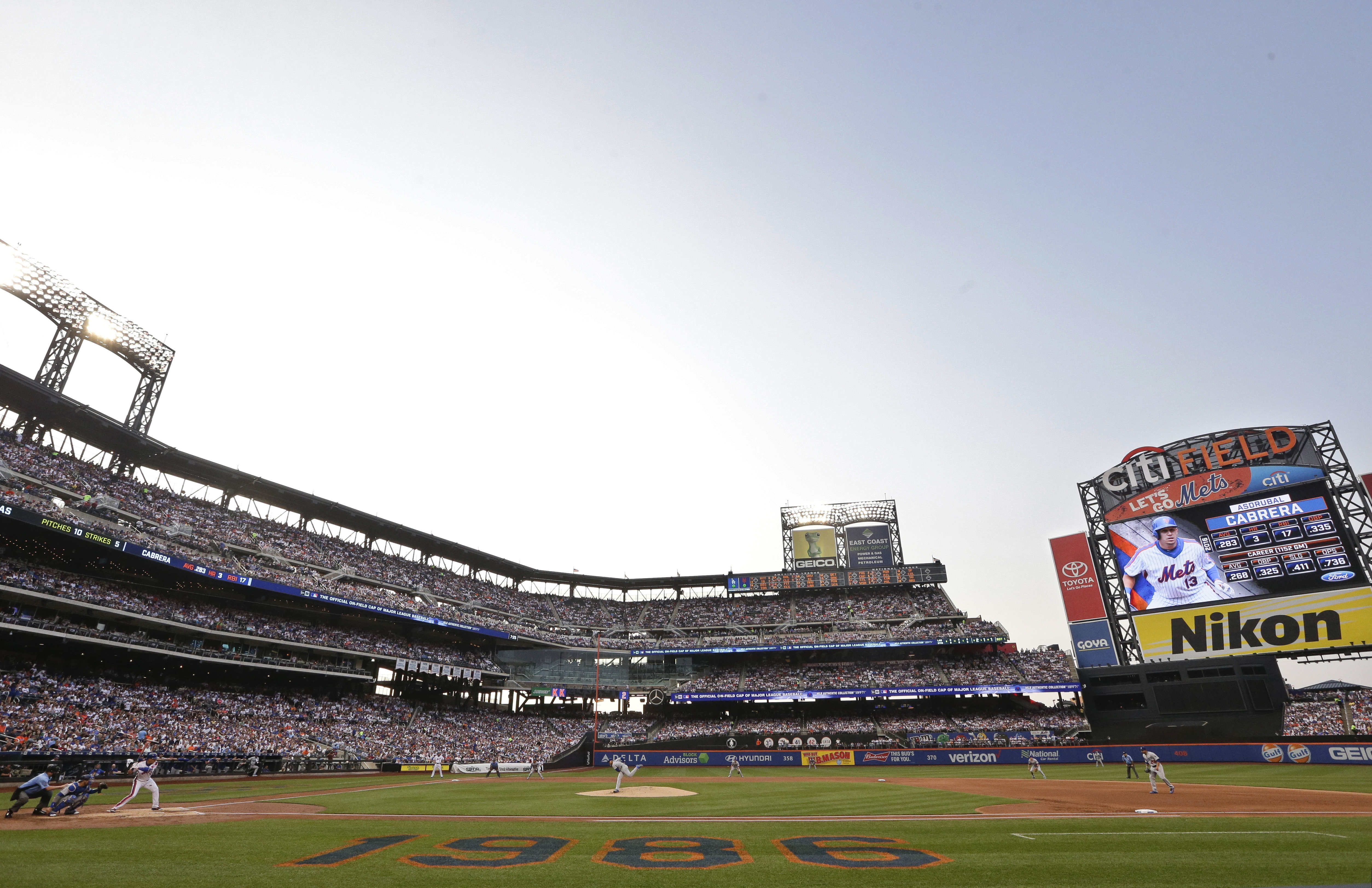 Los Angeles Dodgers' Julio Arias delivers a pitch to New York Mets' Asdrubal Cabrera during the first inning of a baseball game Friday, May 27, 2016, in New York. (AP Photo/Frank Franklin II)
