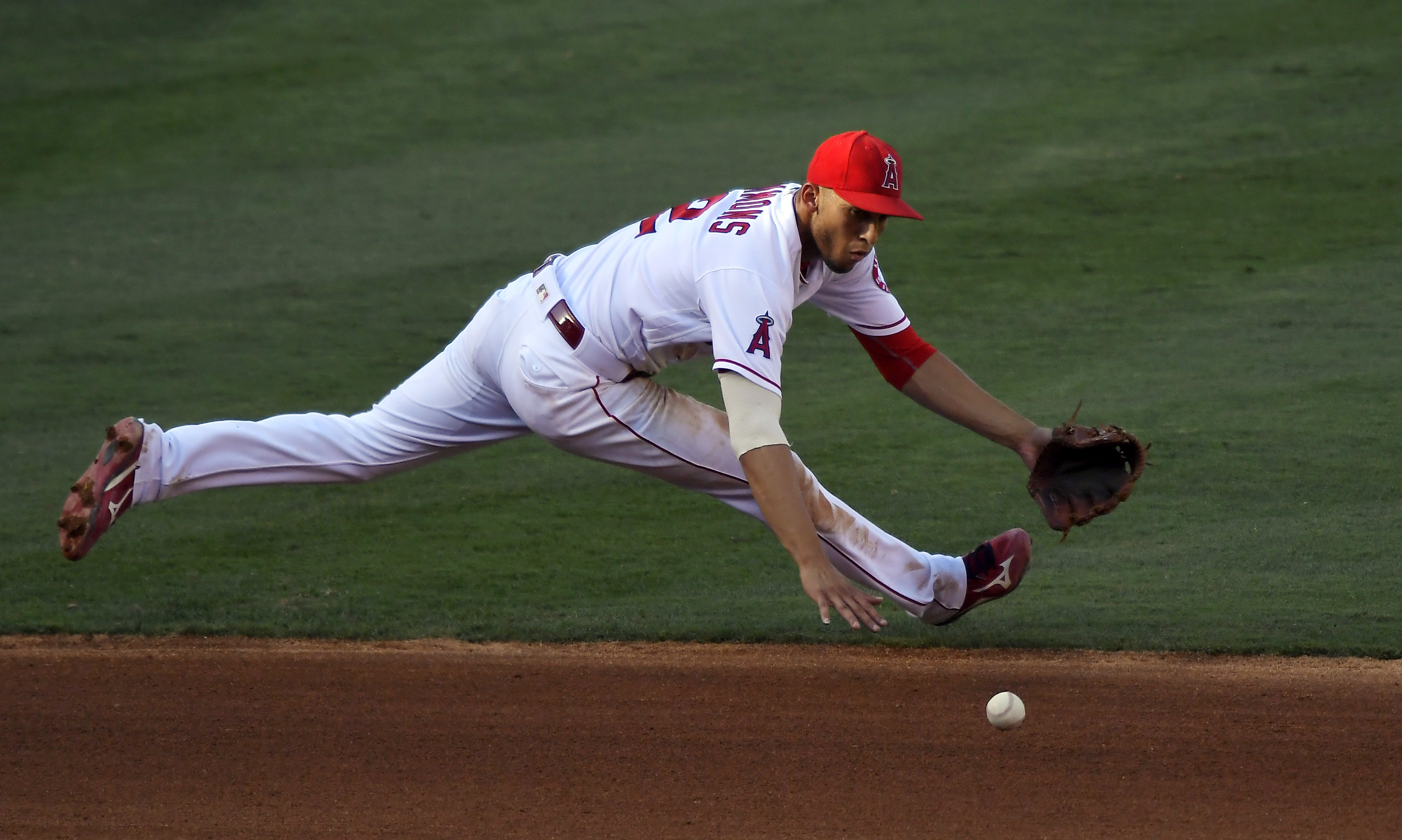 Los Angeles Angels shortstop Andrelton Simmons fields a ball hit for a single by Cincinnati Reds' Adam Duvall during the fourth inning of a baseball game, Wednesday, Aug. 31, 2016, in Anaheim, Calif. (AP Photo/Mark J. Terrill)