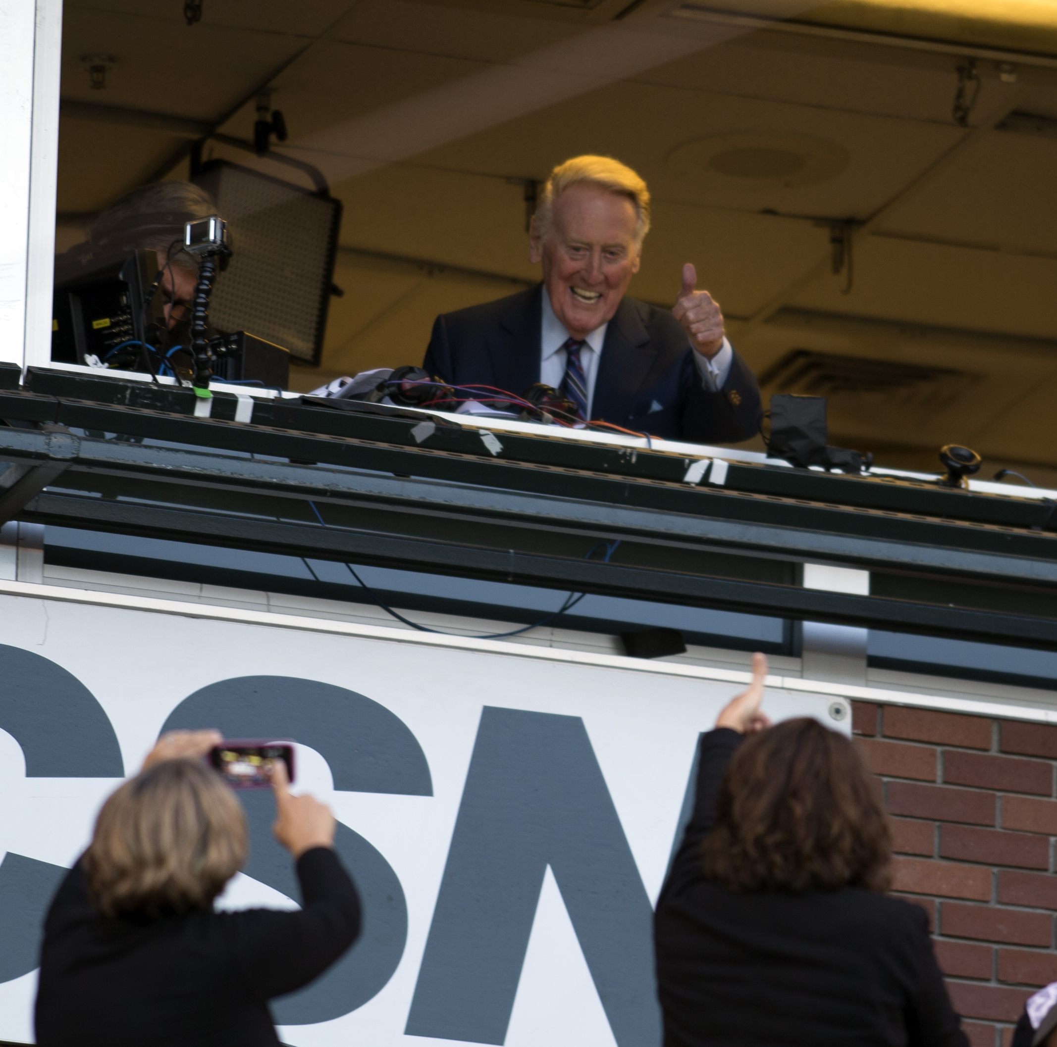 Los Angeles Dodgers broadcaster Vin Scully gestures to fans before the Dodgers' baseball game against the San Francisco Giants, Friday, Sept. 30, 2016, in San Francisco. Scully will retire at the end of the season after 67 years in the Dodgers' broadcast