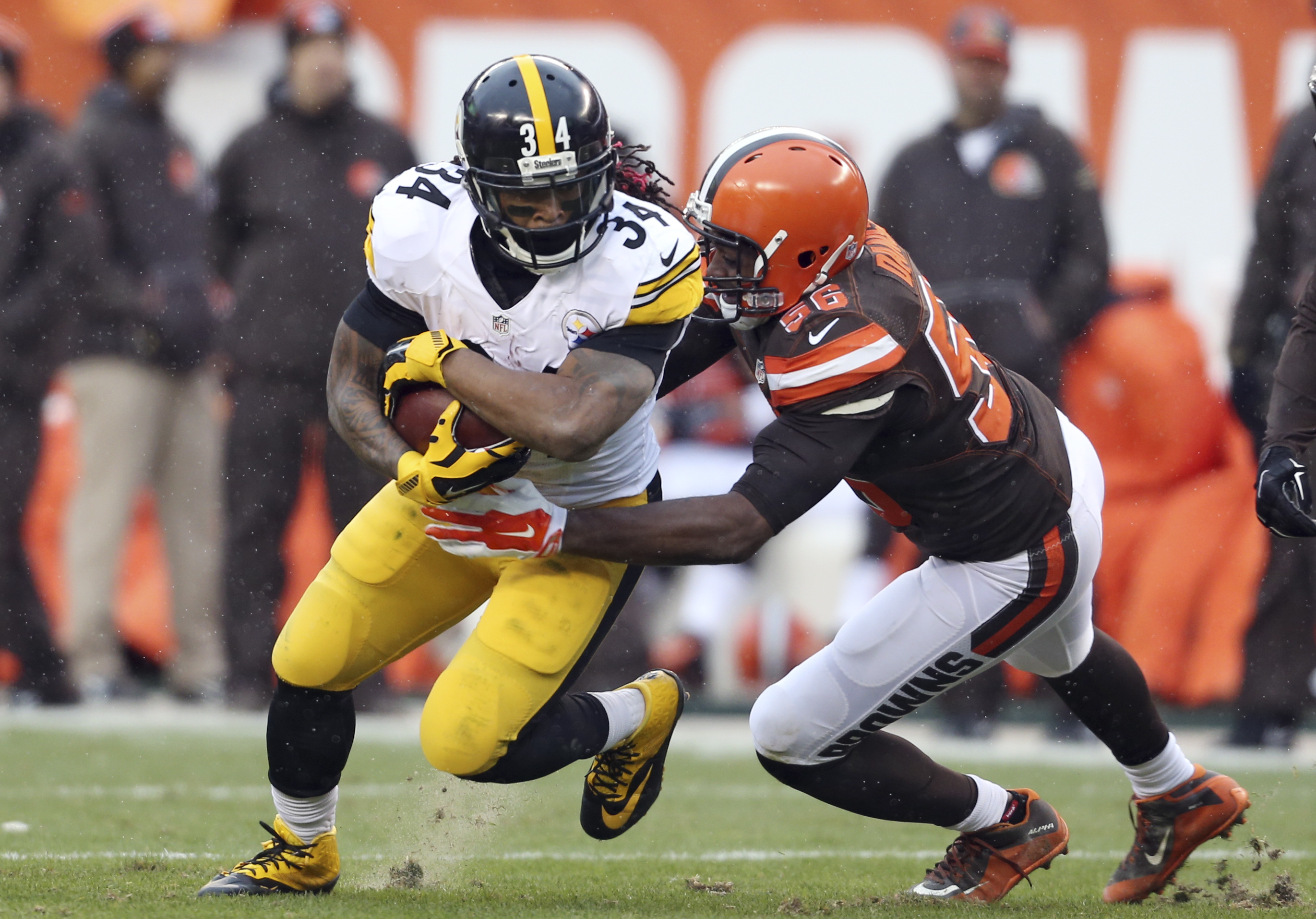 Pittsburgh Steelers running back DeAngelo Williams (34) runs after a pass reception as Cleveland Browns linebacker Karlos Dansby (56) defends during the first half of an NFL football game, Sunday, Jan. 3, 2016, in Cleveland. (AP Photo/Ron Schwane)