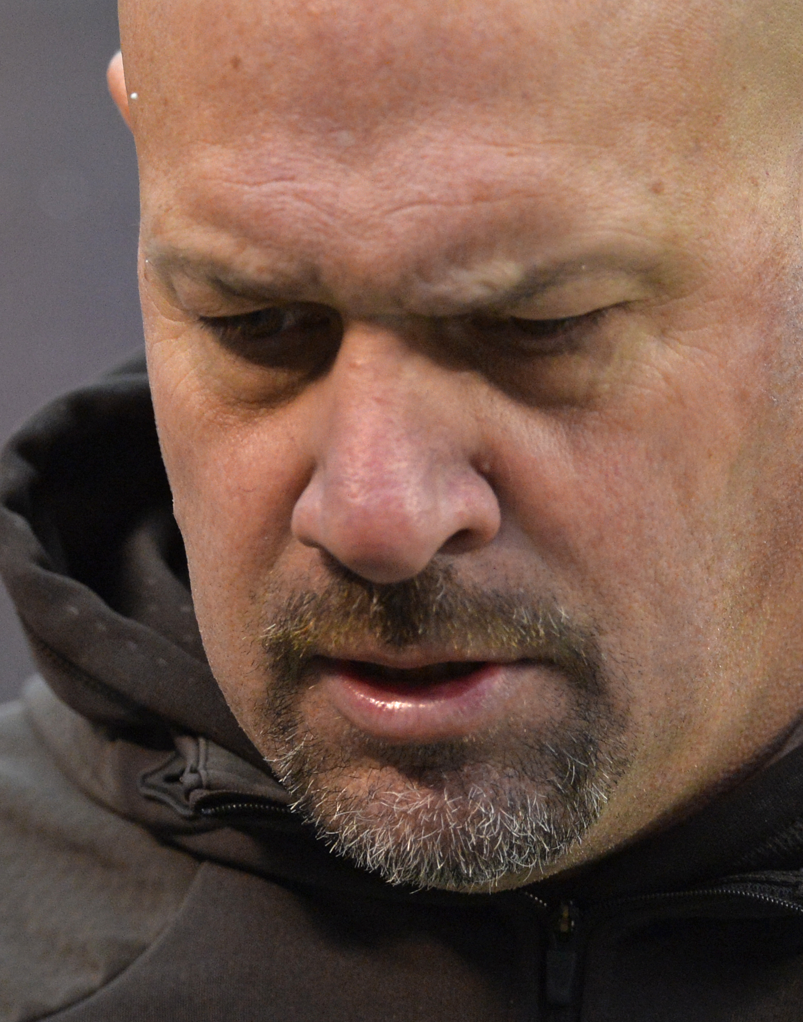Cleveland Browns head coach Mike Pettine walks to the locker room at halftime during an NFL football game against the Pittsburgh Steelers, Sunday, Jan. 3, 2016, in Cleveland. (AP Photo/David Richard)