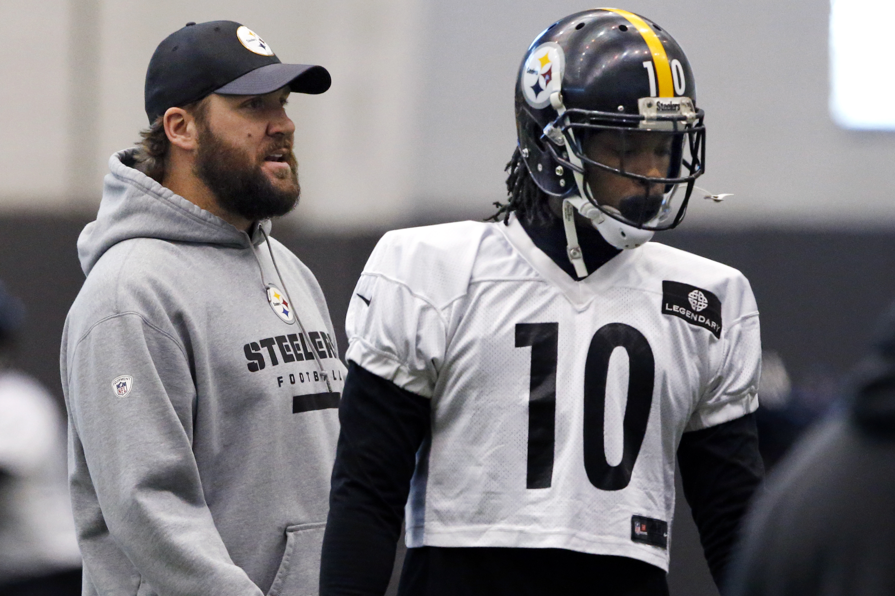 Pittsburgh Steelers quarterback Ben Roethlisberger, left, watches the offense set up a drill as wide receiver Martavius Bryant takes his position during an NFL football practice, in Pittsburgh, Wednesday, Jan. 13, 2016. The Steelers face the Denver Bronco