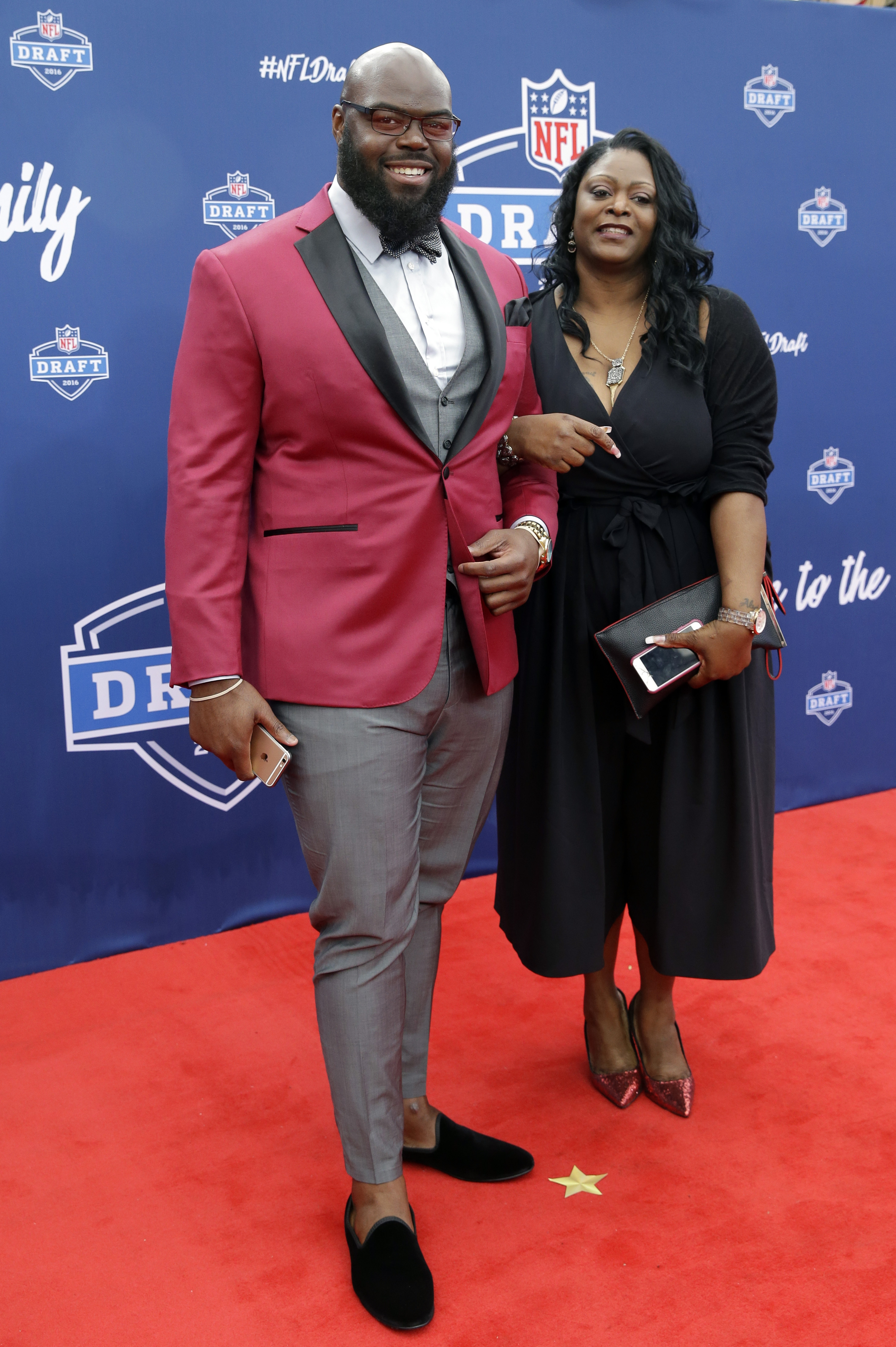 Alabamas AShawn Robinson, left, poses for photos upon arriving for the first round of the 2016 NFL football draft at the Auditorium Theater of Roosevelt University, Thursday, April 28, 2016, in Chicago. (AP Photo/Nam Y. Huh)