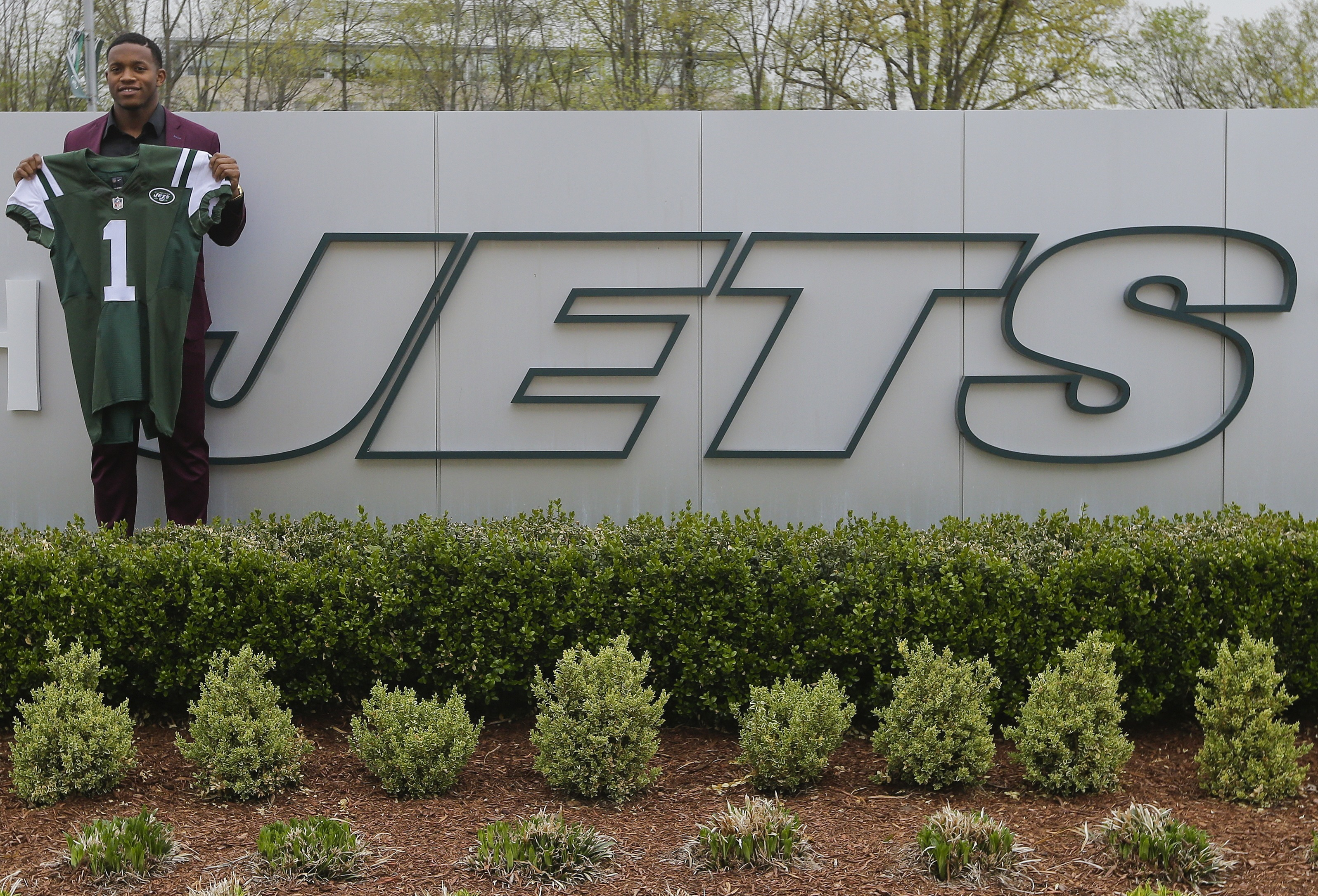 New York Jets first-round pick Darron Lee, of Ohio State, poses for photographs Friday, April 29, 2016, in Florham Park, N.J. (AP Photo/Frank Franklin II)
