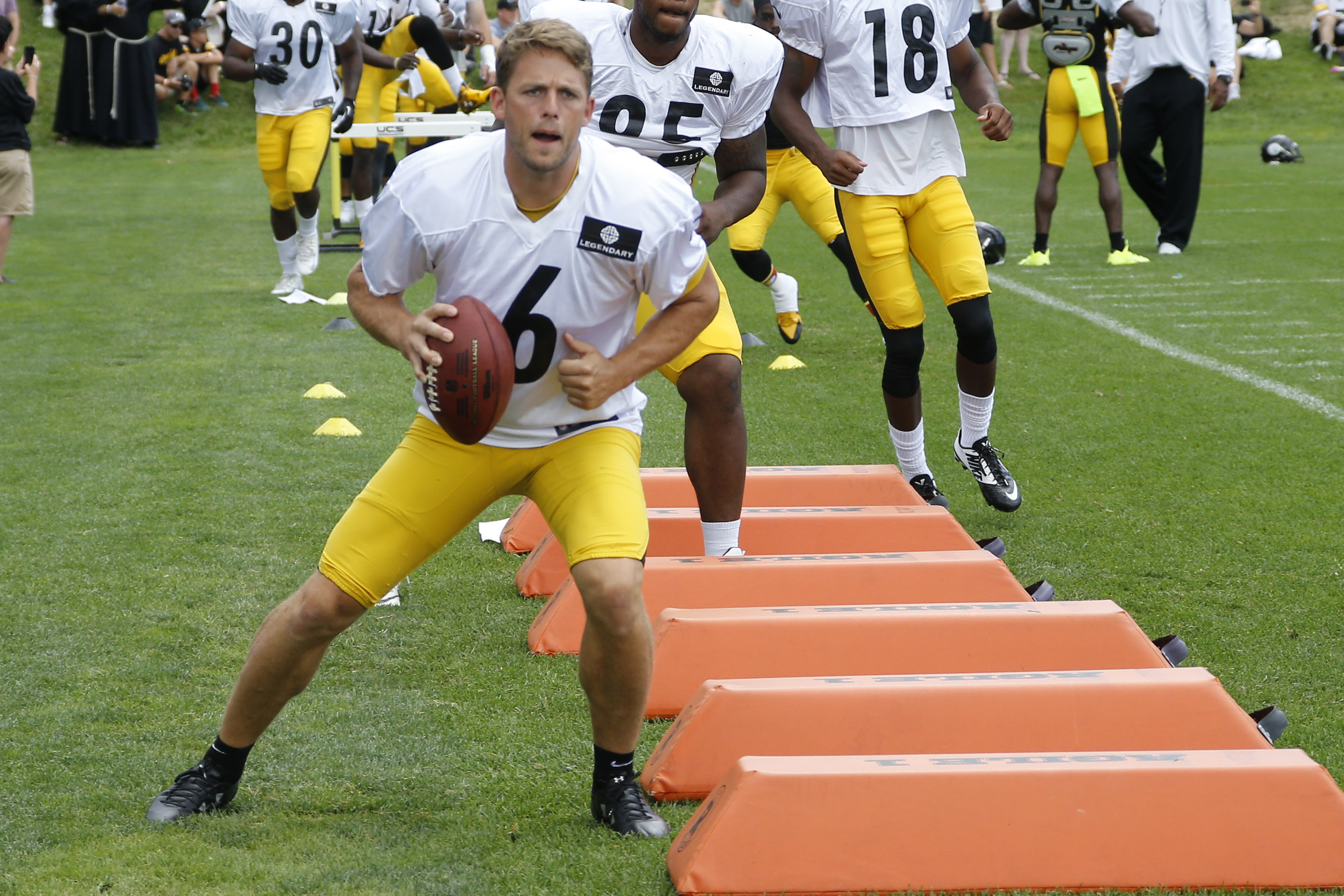 FILE - In this Aug. 1, 2015 file photo, Pittsburgh Steelers kicker Shaun Suisham (6) runs a drill during NFL football training camp in Latrobe, Pa. Suishams lengthy run with the Pittsburgh Steelers is over. It appears the longtime kickers career may be in
