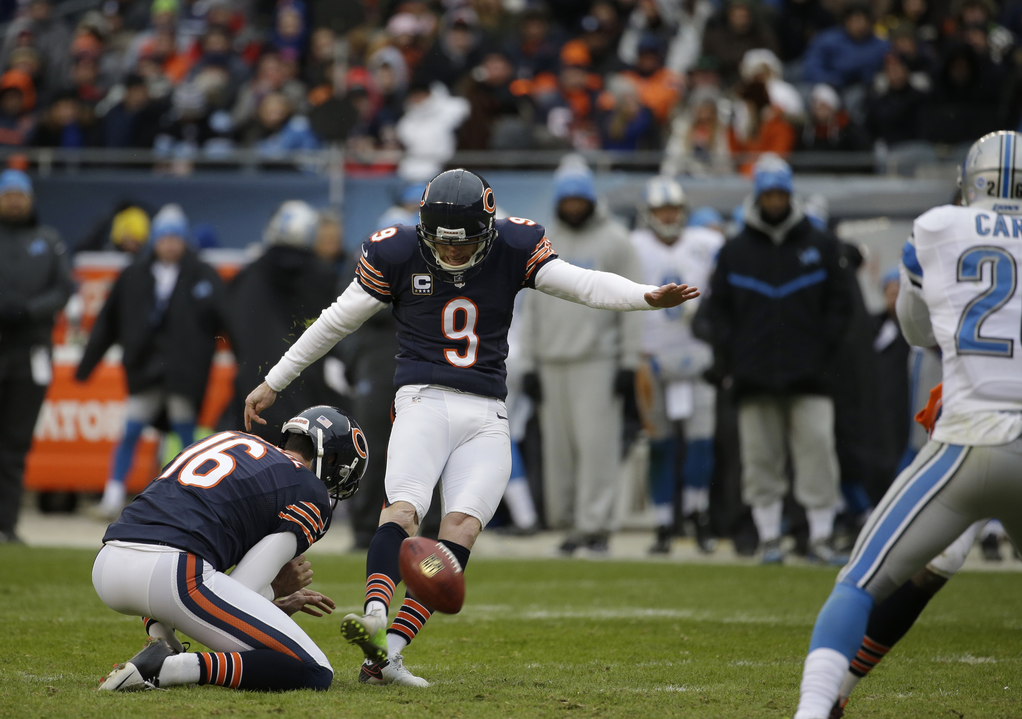 Chicago Bears kicker Robbie Gould (9) scores a field goal during the second half of an NFL football game against the Detroit Lions, Sunday, Jan. 3, 2016, in Chicago. (AP Photo/Nam Y. Huh)