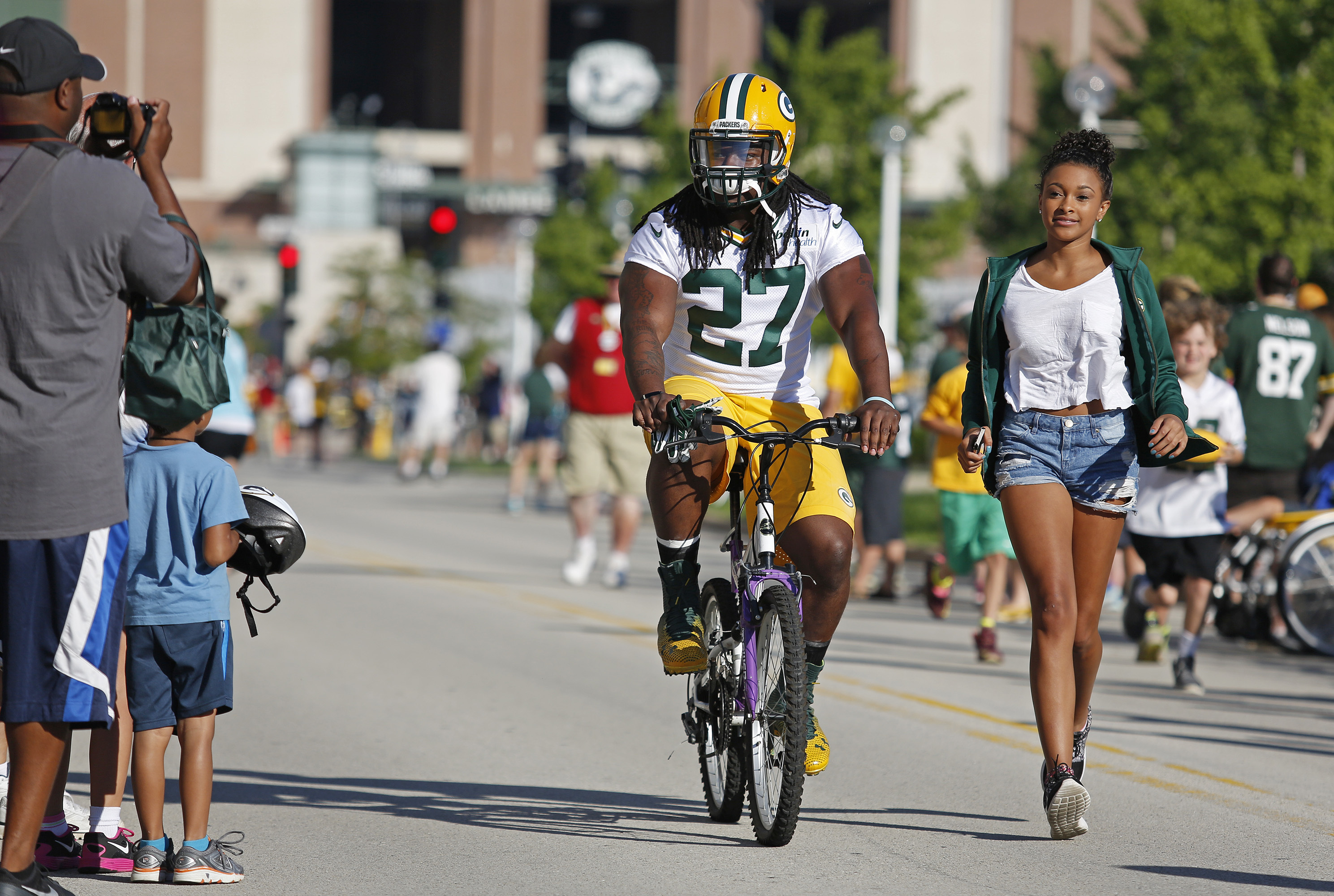 Green Bay Packers running back Eddie Lacy rides a bike to NFL football training camp, Tuesday, July 26, 2016, in Green Bay, Wis. (AP Photo/Matt Ludtke)