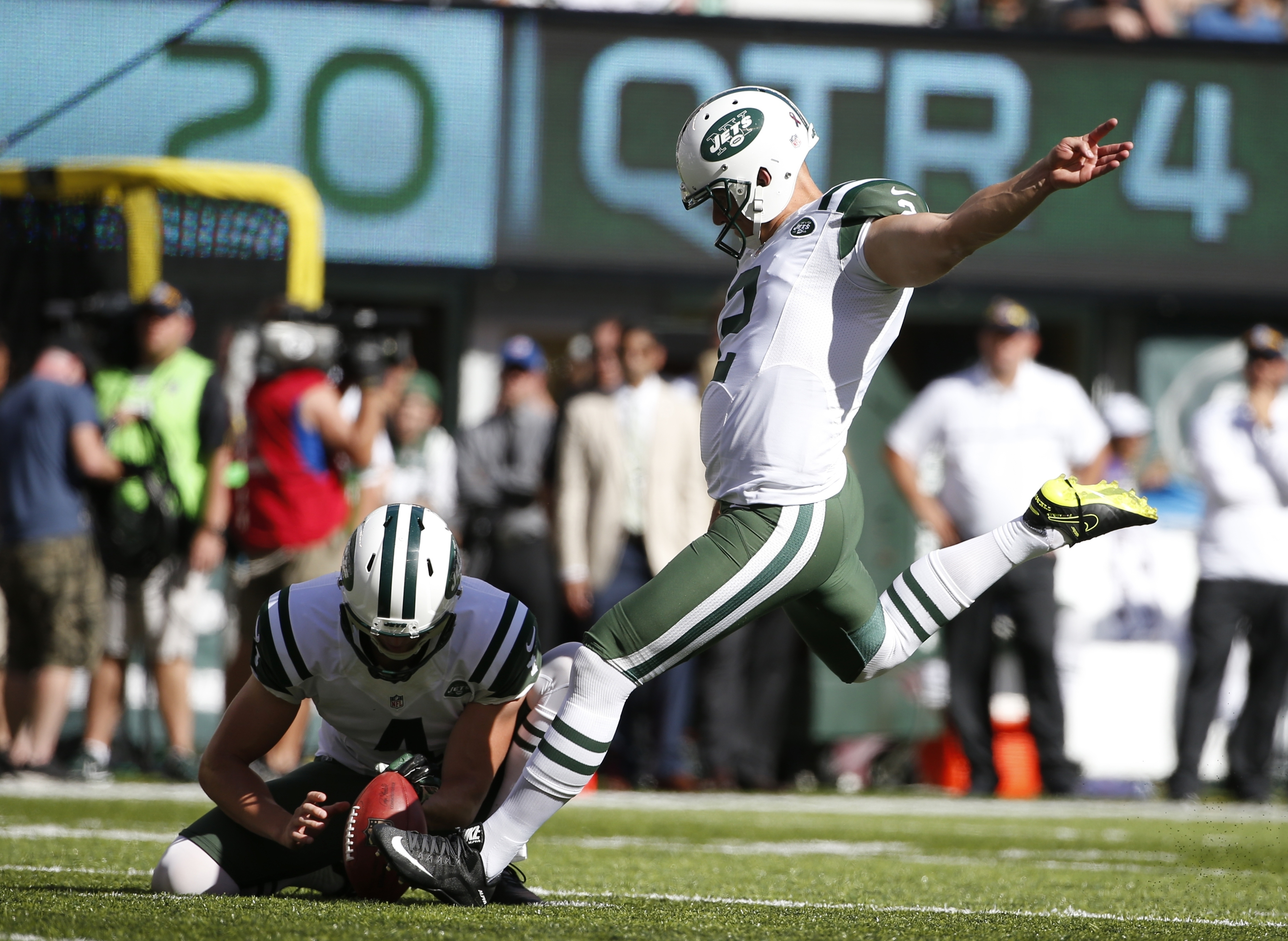 New York Jets kicker Nick Folk (2) kicks a field goal during the second half of an NFL football game against the Cincinnati Bengals Sunday, Sept. 11, 2016 in East Rutherford, N.J. (AP Photo/Kathy Willens)