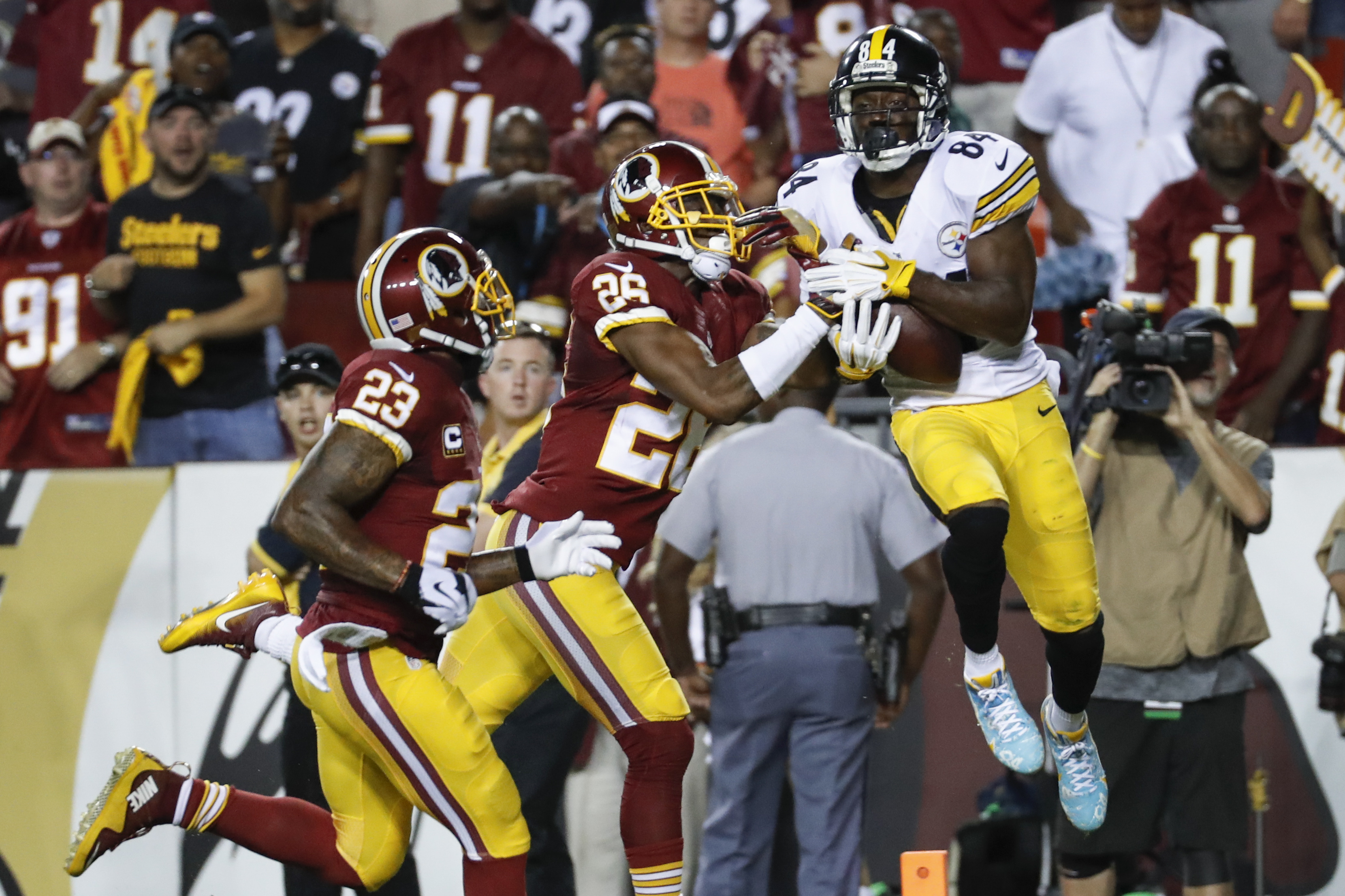 Pittsburgh Steelers wide receiver Antonio Brown (84) pulls in a touchdown pass under pressure from Washington Redskins cornerback Bashaud Breeland (26) during the first half of an NFL football game in Landover, Md., Monday, Sept. 12, 2016. (AP Photo/Alex