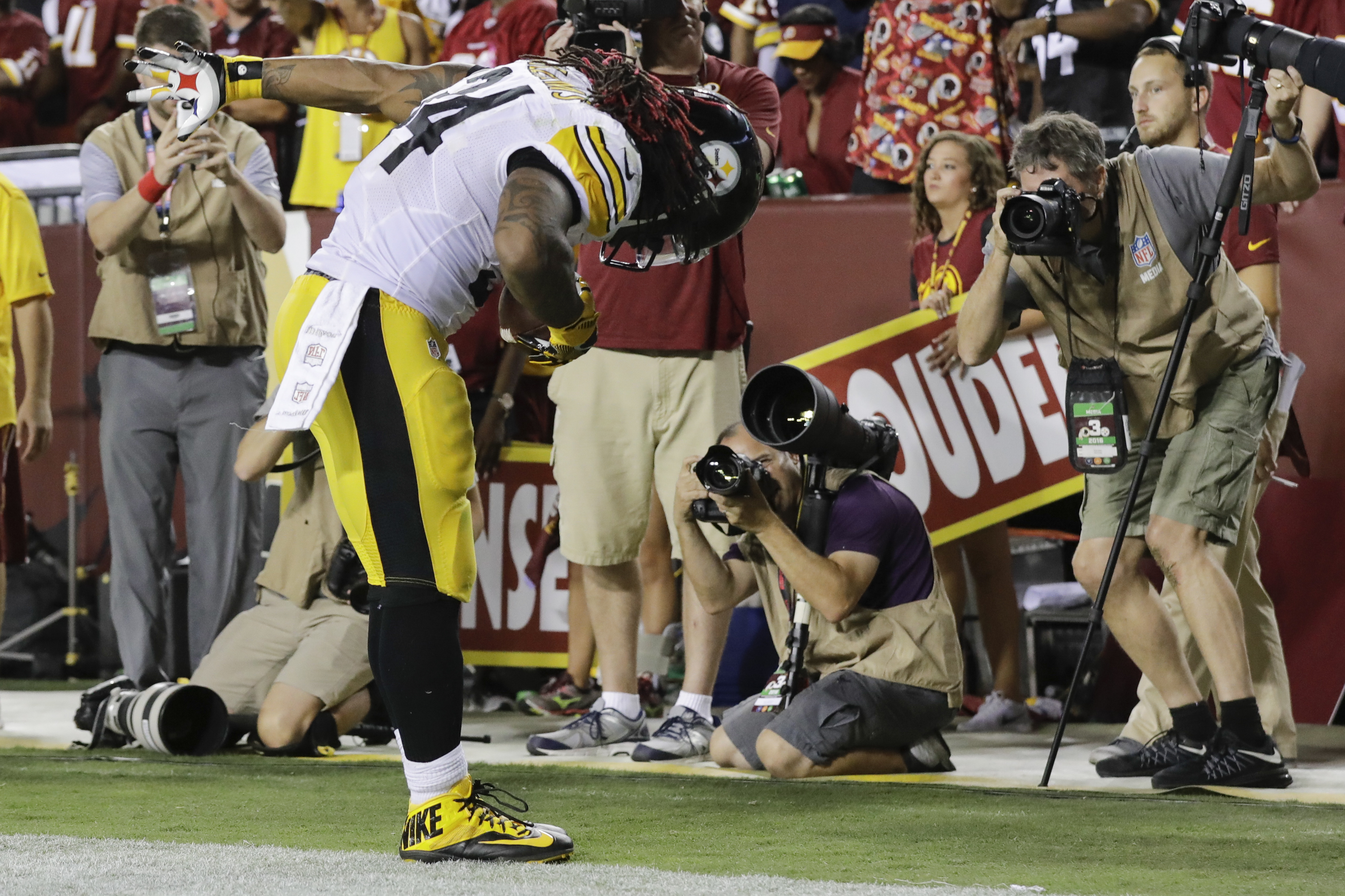Pittsburgh Steelers running back DeAngelo Williams (34) bows in the end zone after scoring a touchdown during the second half of an NFL football game against the Washington Redskins in Landover, Md., Monday, Sept. 12, 2016. (AP Photo/Patrick Semansky)