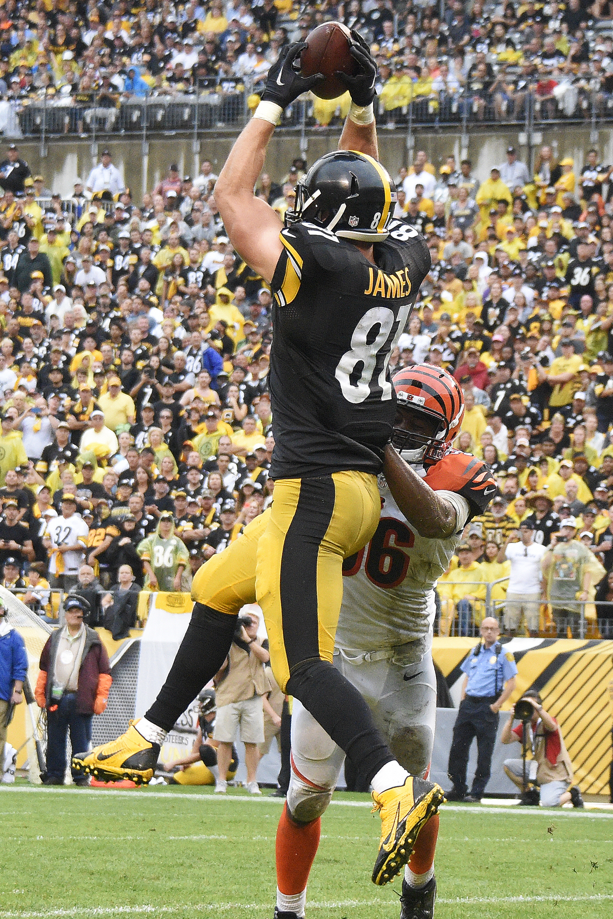 Pittsburgh Steelers tight end Jesse James (81) catches a pass in the end zone for a touchdown with Cincinnati Bengals strong safety Shawn Williams (36) defending during the second half of an NFL football game in Pittsburgh, Sunday, Sept. 18, 2016. (AP Pho