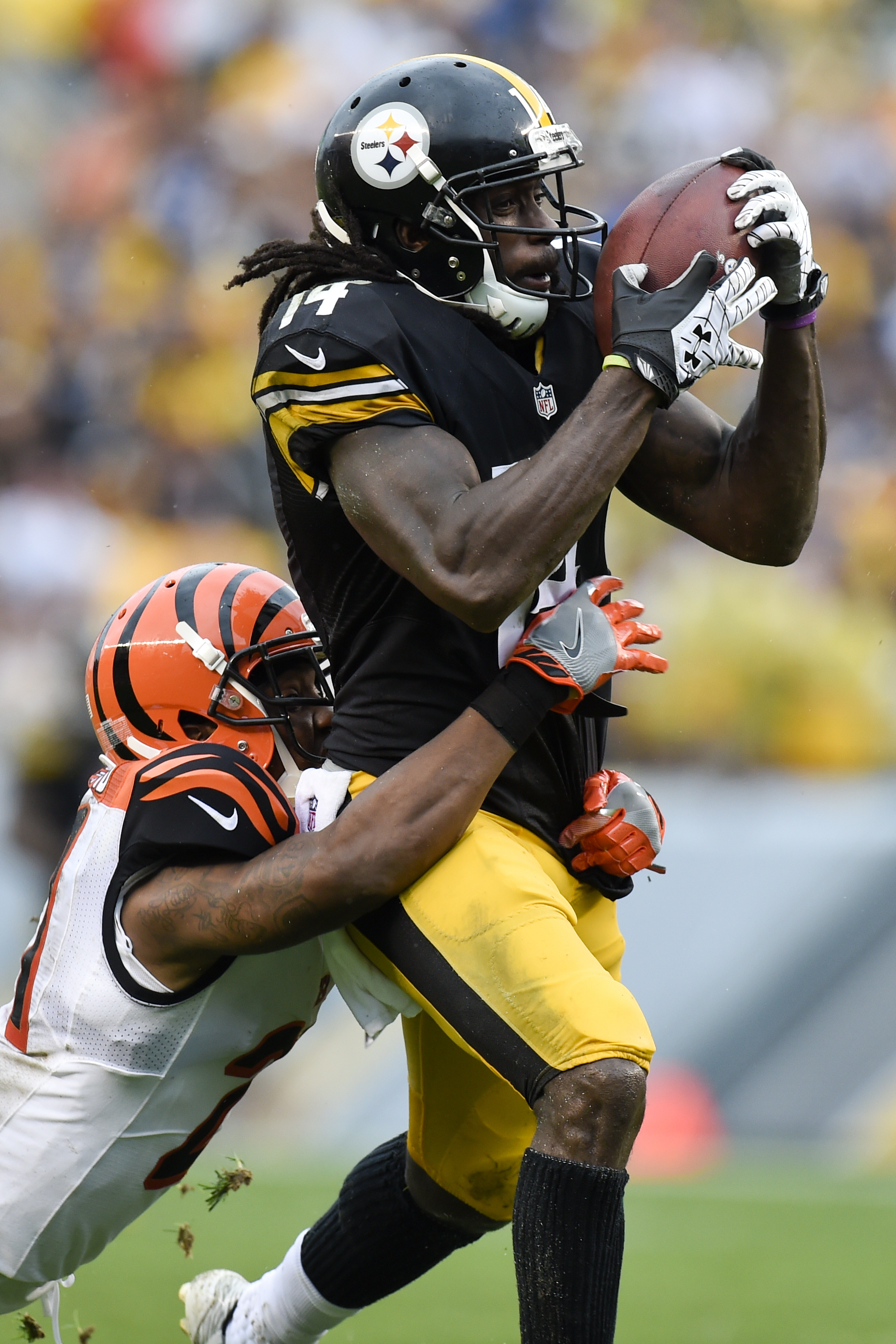 Pittsburgh Steelers wide receiver Sammie Coates (14) hauls in a pass from quarterback Ben Roethlisberger with Cincinnati Bengals cornerback Darqueze Dennard, left, defending during the second half of an NFL football game in Pittsburgh, Sunday, Sept. 18, 2