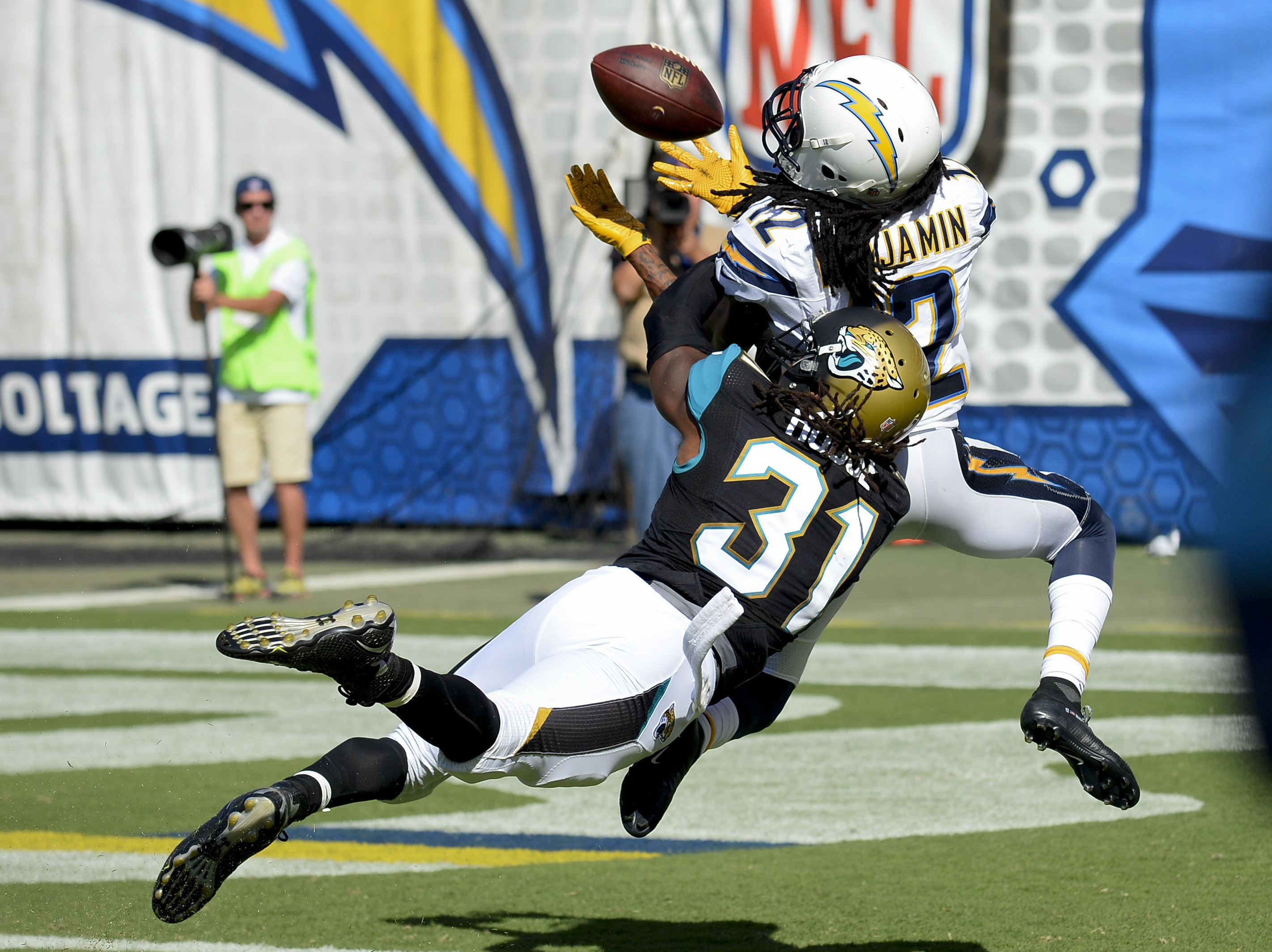 San Diego Chargers wide receiver Travis Benjamin makes a touchdown catch as Jacksonville Jaguars cornerback Davon House (31) defends during the second half of an NFL football game, Sunday, Sept. 18, 2016, in San Diego. (AP Photo/Denis Poroy)