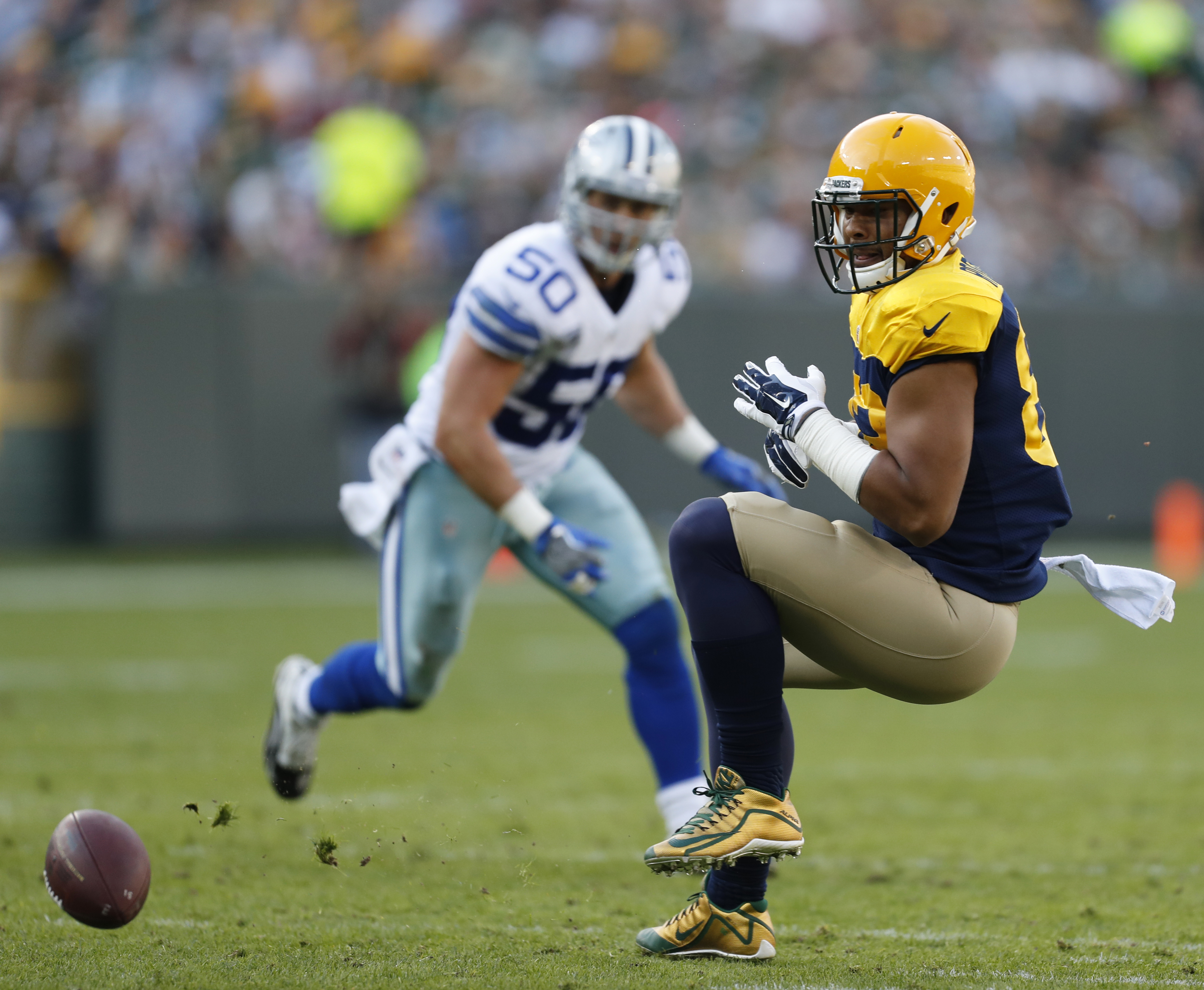 Green Bay Packers' Richard Rodgers can't catch a pass in front of Dallas Cowboys' Sean Lee (50) during the first half of an NFL football game Sunday, Oct. 16, 2016, in Green Bay, Wis. (AP Photo/Matt Ludtke)