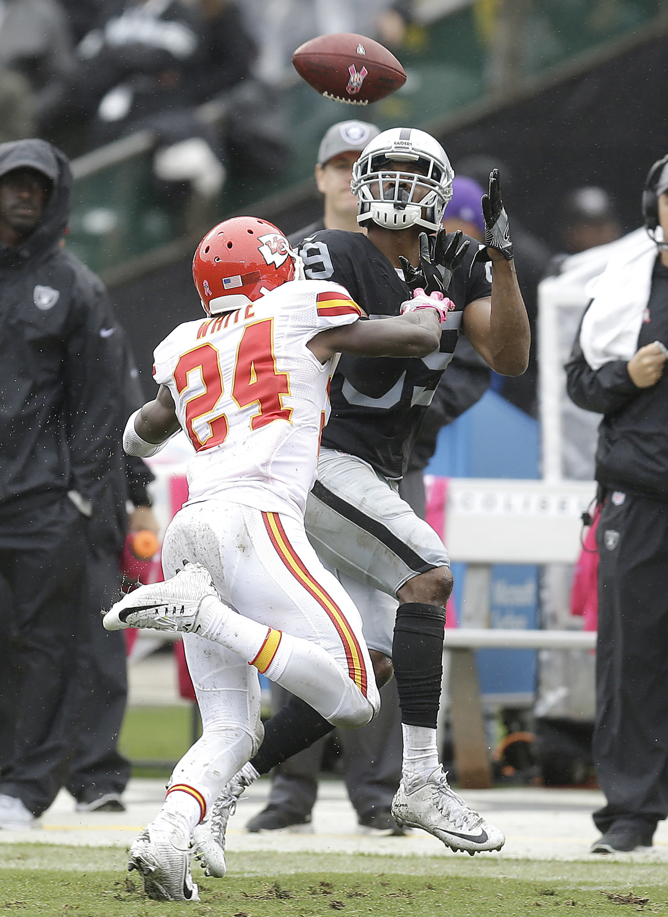Oakland Raiders wide receiver Amari Cooper (89) catches a pass against Kansas City Chiefs cornerback D.J. White (24) during the first half of an NFL football game in Oakland, Calif., Sunday, Oct. 16, 2016. (AP Photo/Ben Margot)