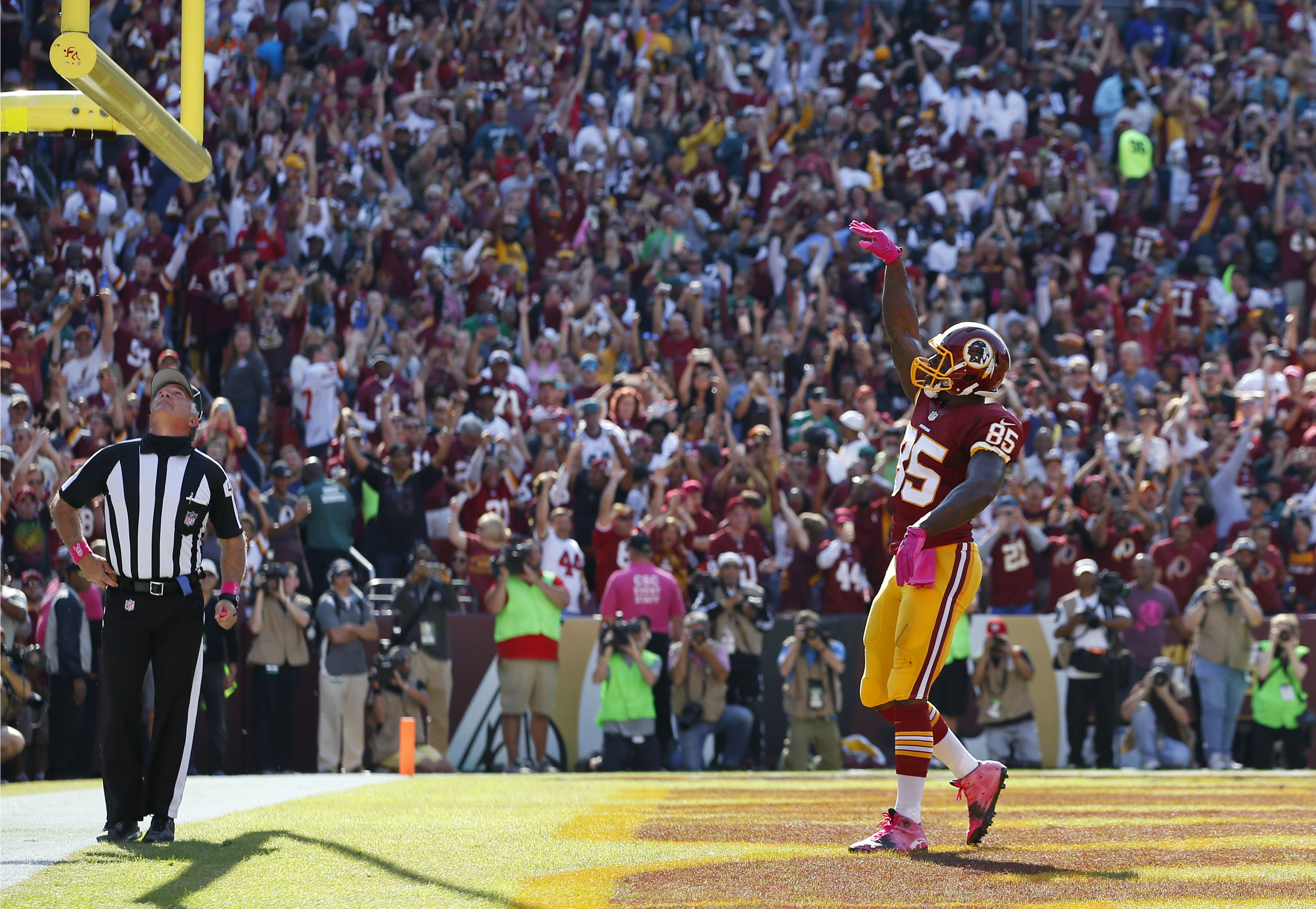 Washington Redskins tight end Vernon Davis celebrates after scoring a touchdown in the first half of an NFL football game against the Philadelphia Eagles, Sunday, Oct. 16, 2016, in Landover, Md. (AP Photo/Alex Brandon)